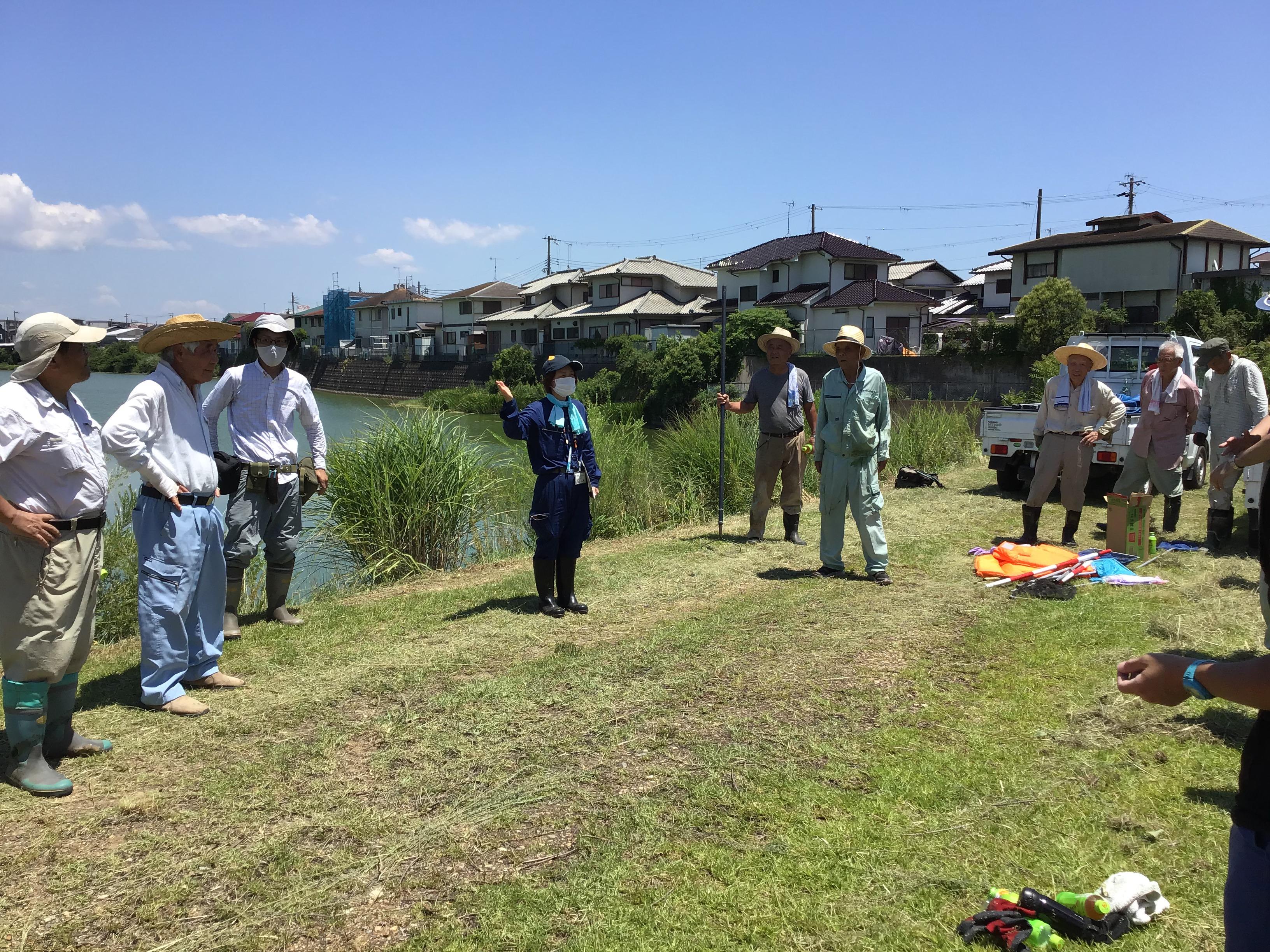 作業が終了し、参加者にお礼の挨拶をする明石市農水産課の濱田さん(中央の青い服)。猛暑の中、走り回っての作業フォロー本当にお疲れ様でした。西島の方々からの全幅の信頼を寄せているのが解る半日でした。