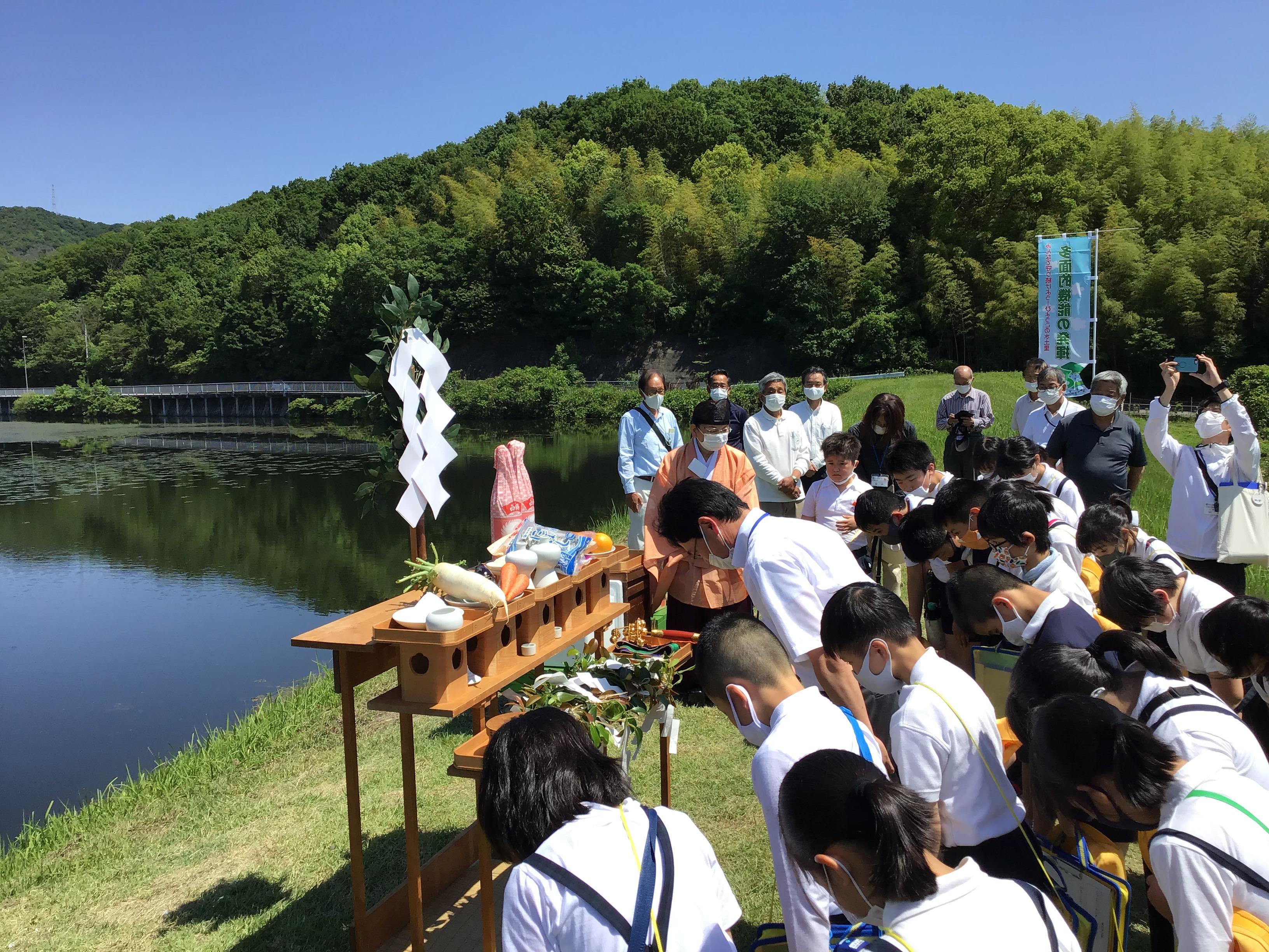 志方西小学校の藤本校長先生と共に4年生20人も拝礼を経験