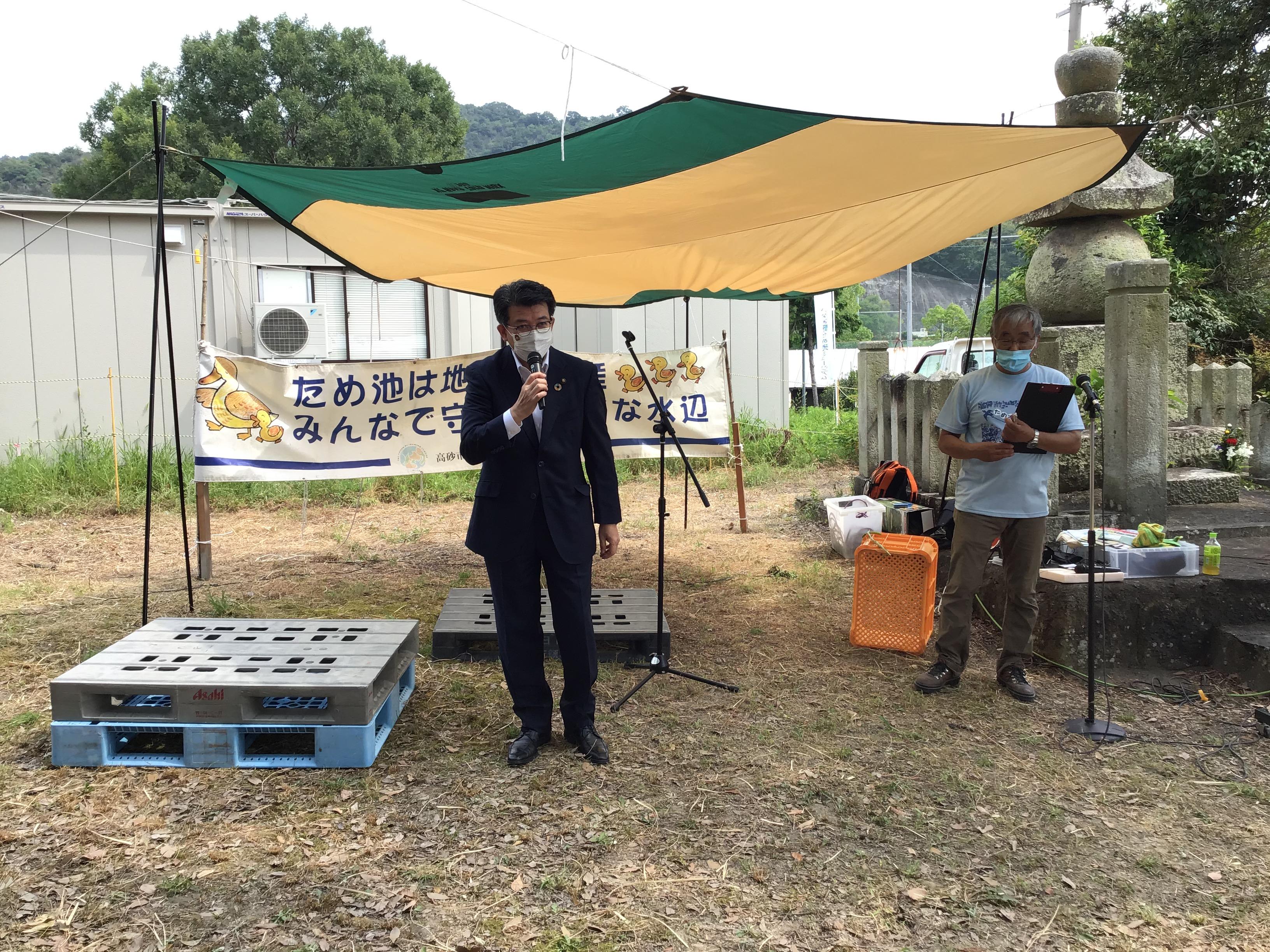 来賓挨拶される都倉高砂市長。大日池の昔の呼称が泪池(なみだいけ)だったことなど話されていました。事前準備万全です。西から東に向かうのに姫路城が見える最後の場所で泣き別れの場だそうです。