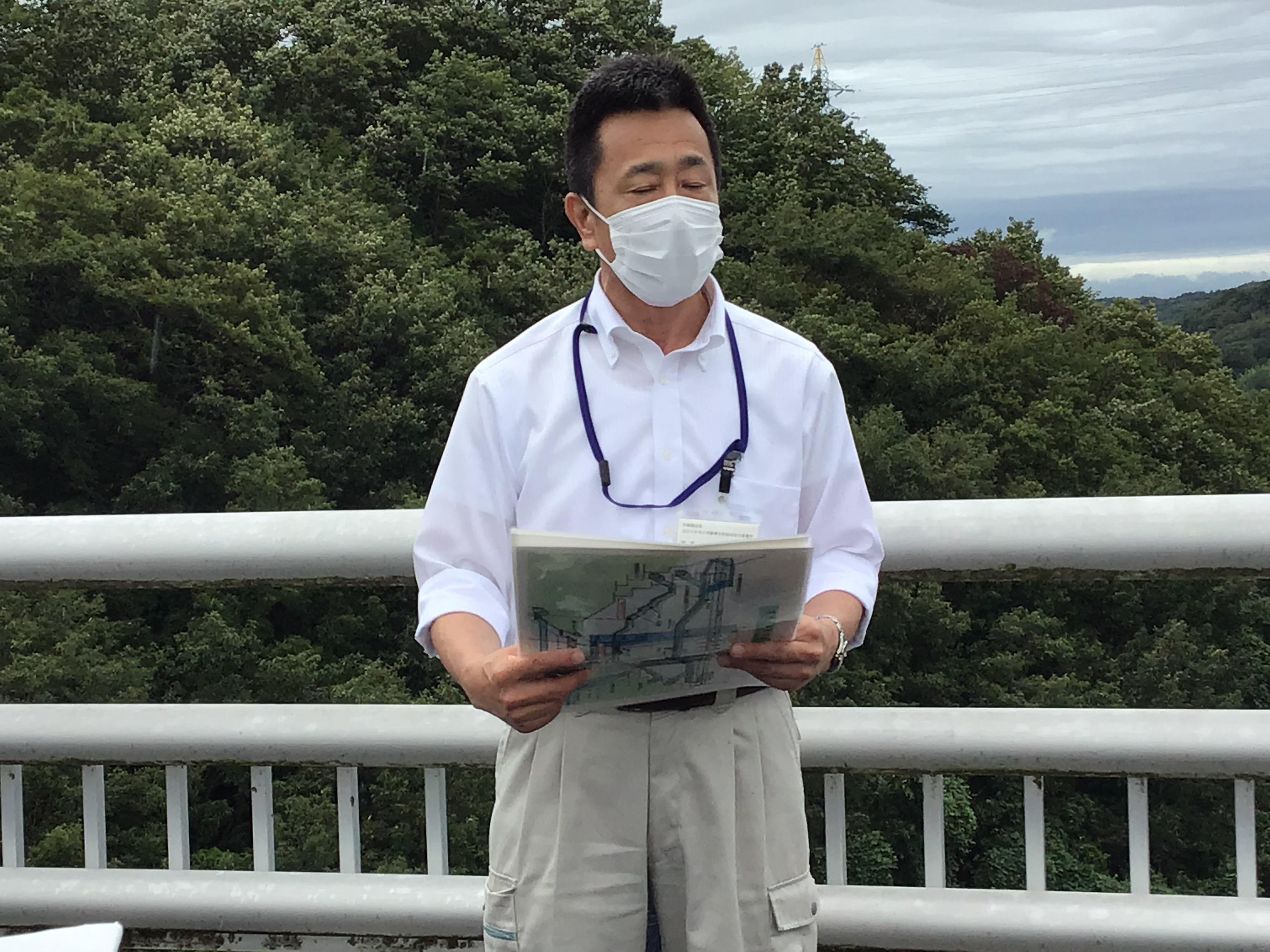 福森所長に吞吐ダムの概要について丁寧に説明していただきました。雨の為、放流量が凄く音が大きくて迫力満点でした。(絶景)
