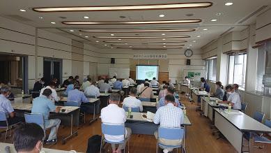 兵庫県土地改良事業団体連合会ため池サポートセンターの長谷川技師が、ため池管理マニュアルに基づき日常点検・管理方法について説明。