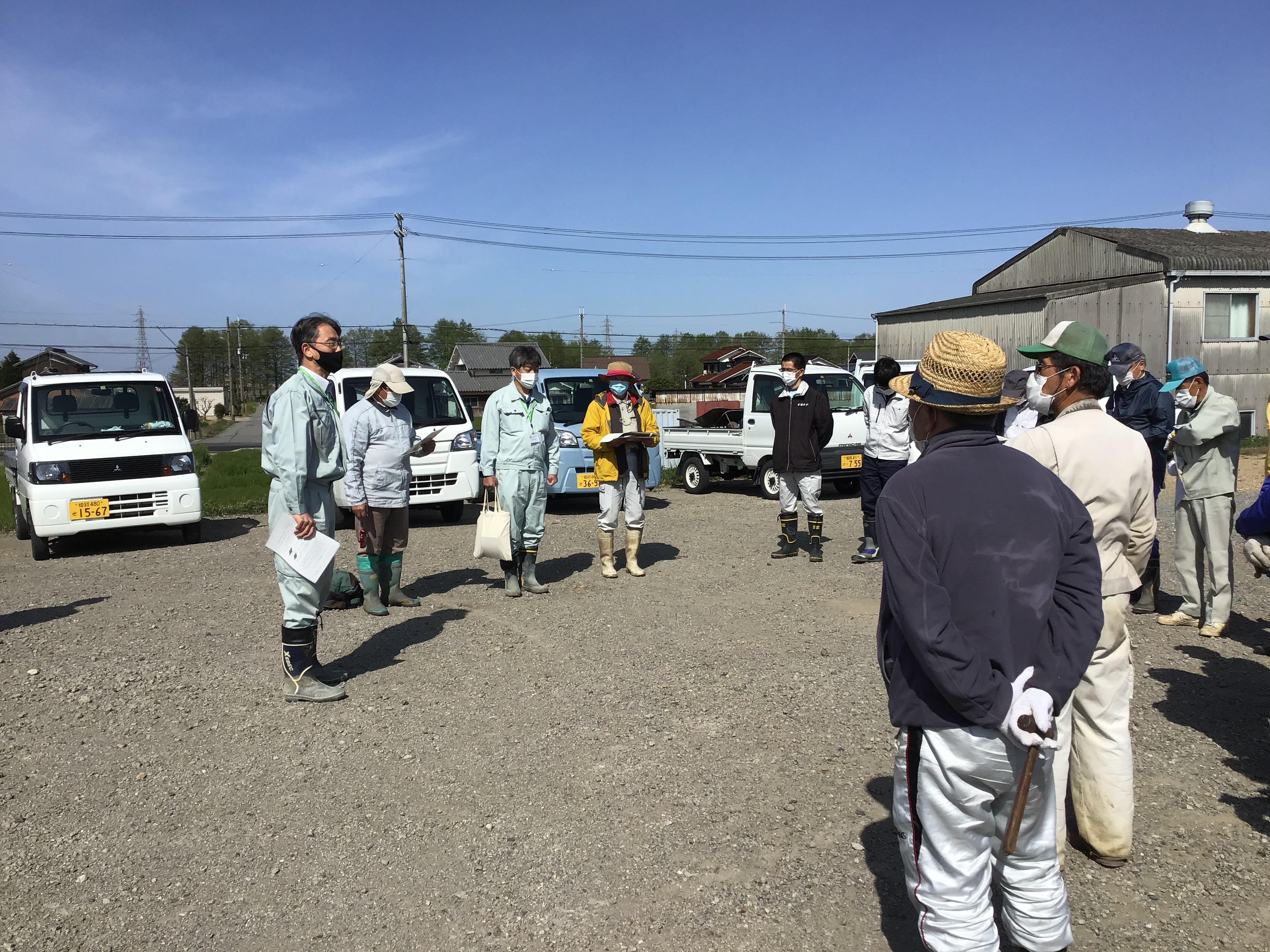 ナガエ駆除開始前に加古川流域土地改良事務所の朝比奈課長(左端)から参加者の方々に挨拶