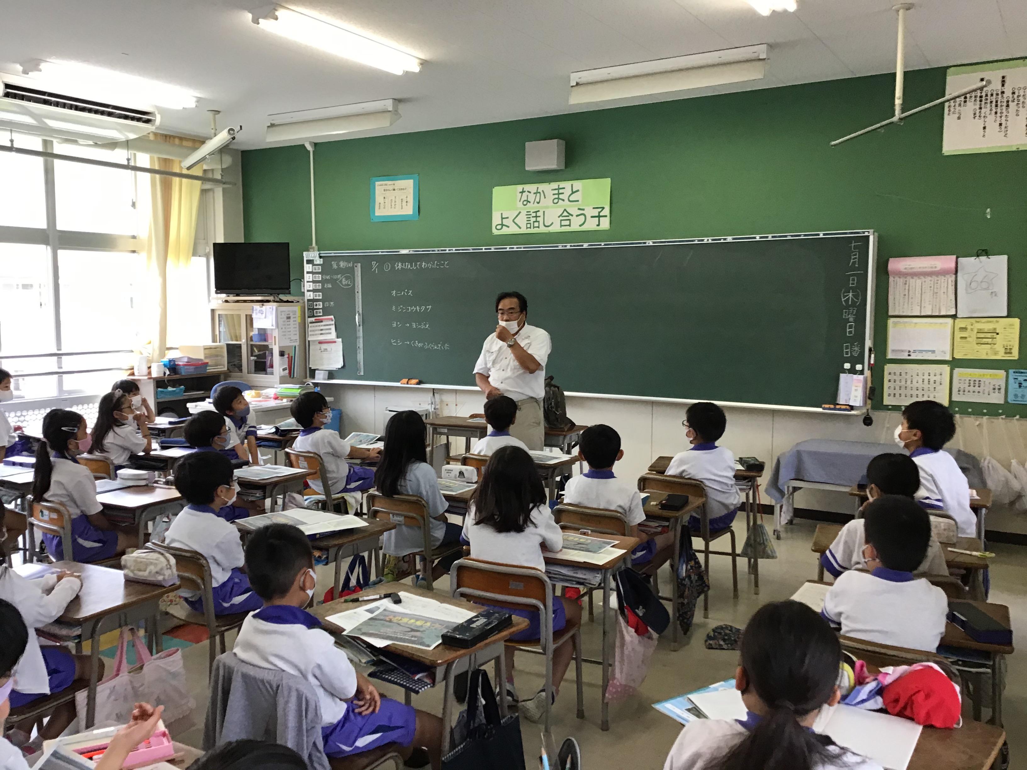 兵庫・水辺ネットワークの碓井先生(各クラスでため池植物の大きさ、小ささの質問に答える。)