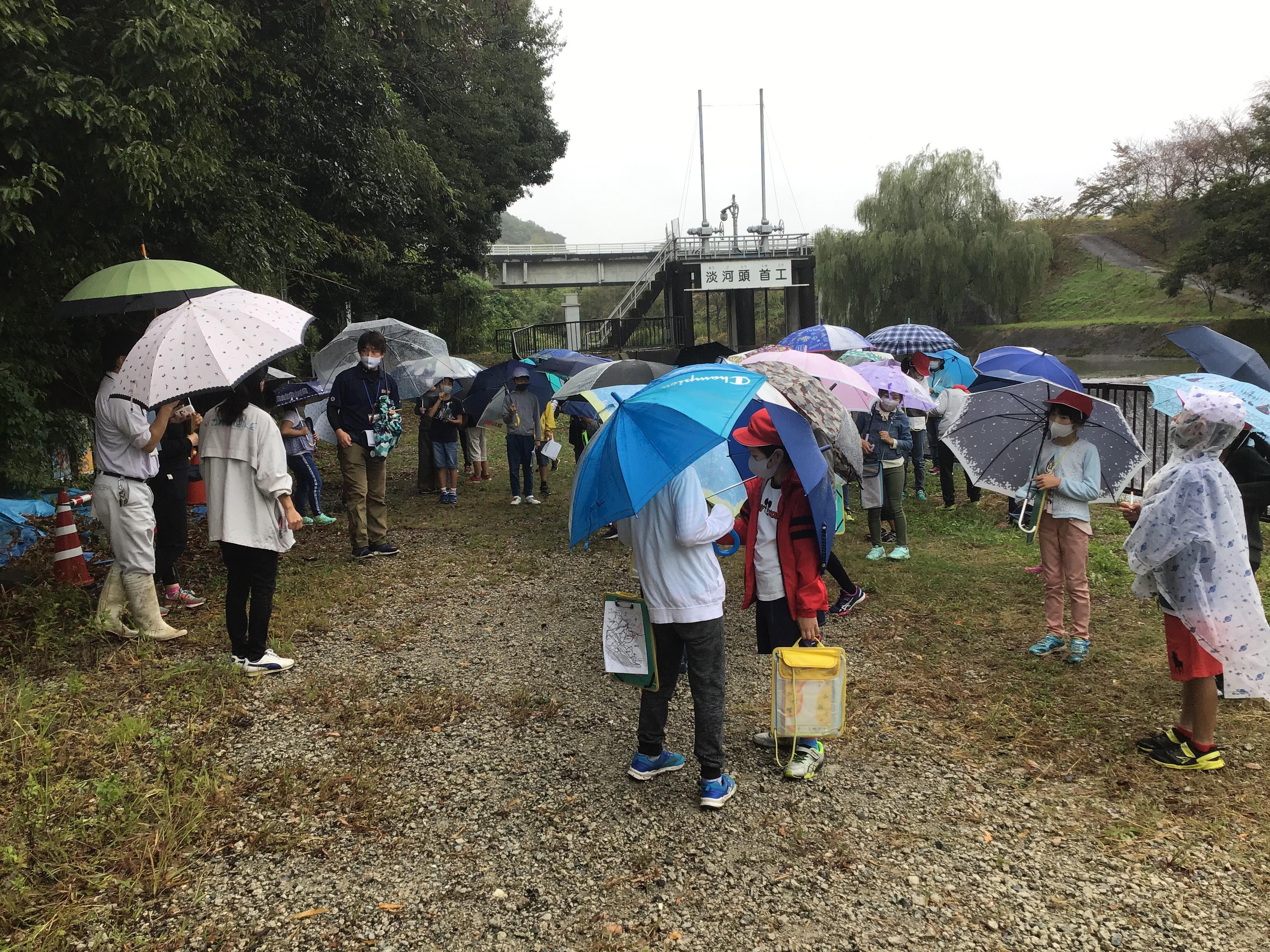 淡河川頭首工で木村(東播用水)さんが、取水ゲート機側操作盤・監視カメラの説明後,隣水路には一秒間に1トンの水が流れるんだよとも説明されていたよね。