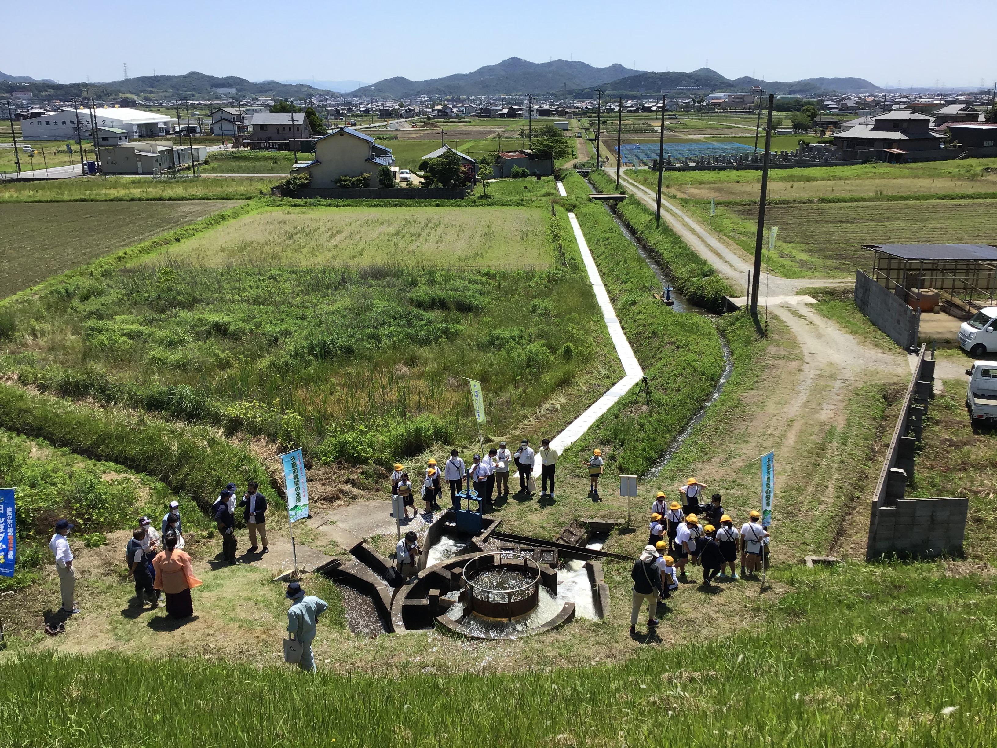 円形分水工から志方西地区(横大路、成井、原、西牧、永室)の各水路へ流れる。