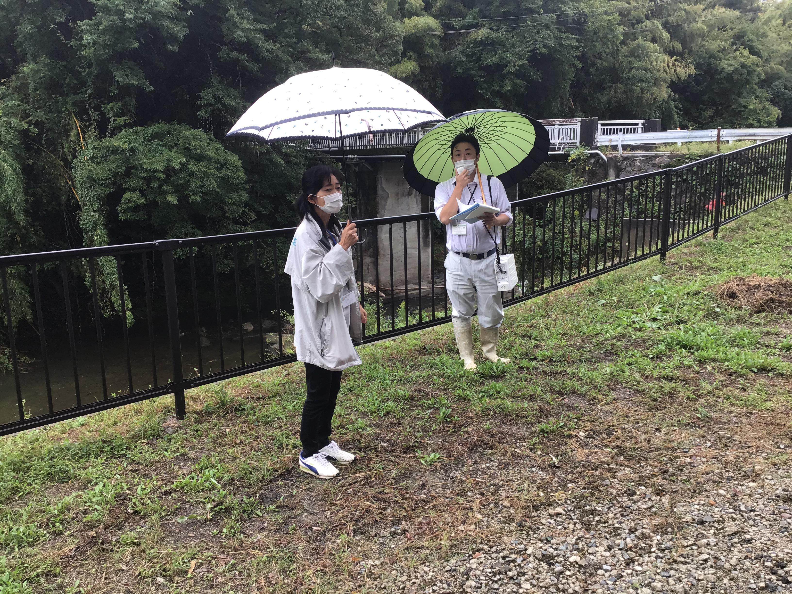 説明をされた東播用水土地改良区の木村さん(右側)とスタッフの兵庫県加古川流域土地改良事務所の木村さん(左側)