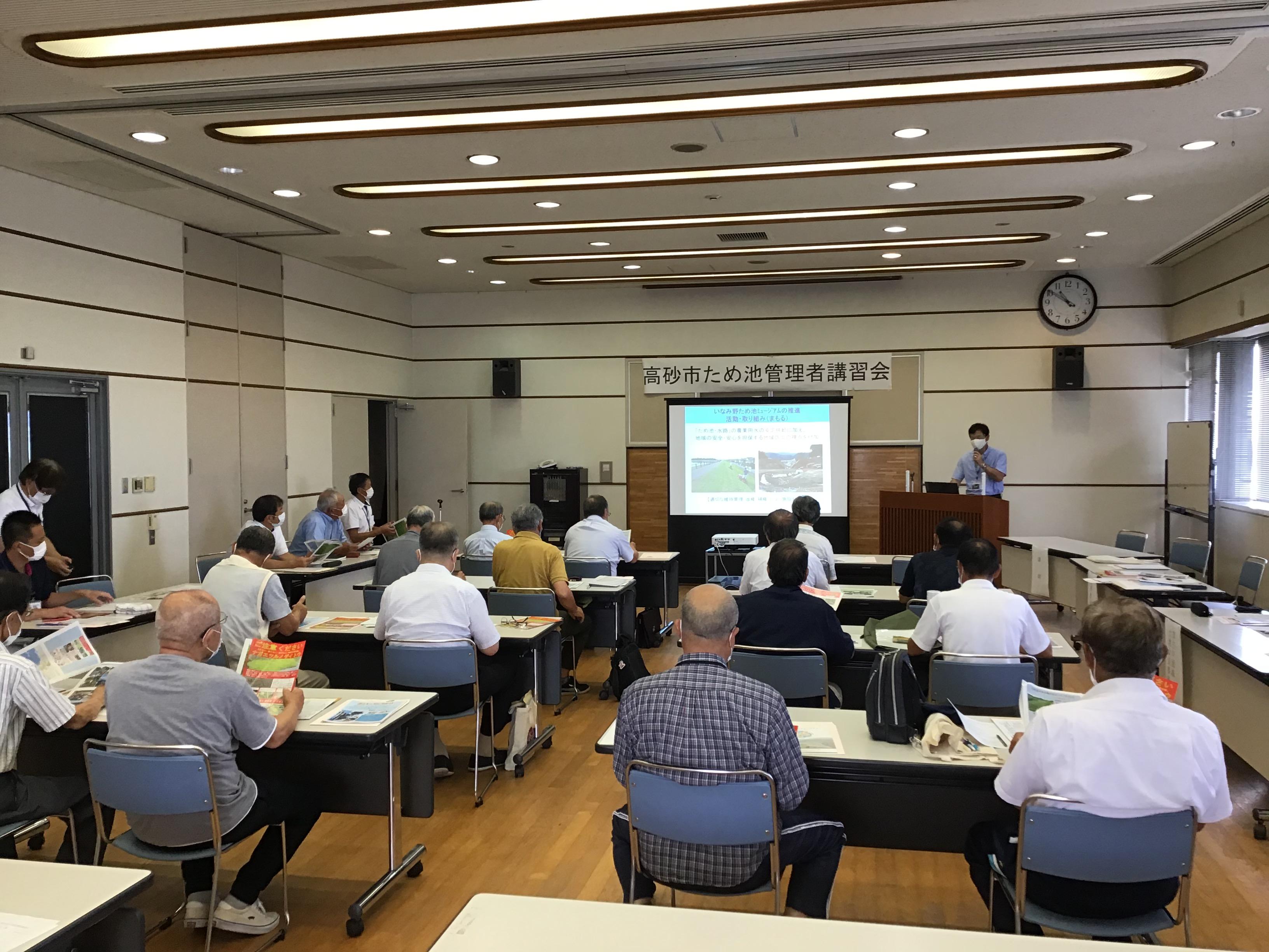 東播磨県民局地域振興室県民課水辺地域づくり担当の長谷坂兼司班長が東播磨地域の状況について講義されました。