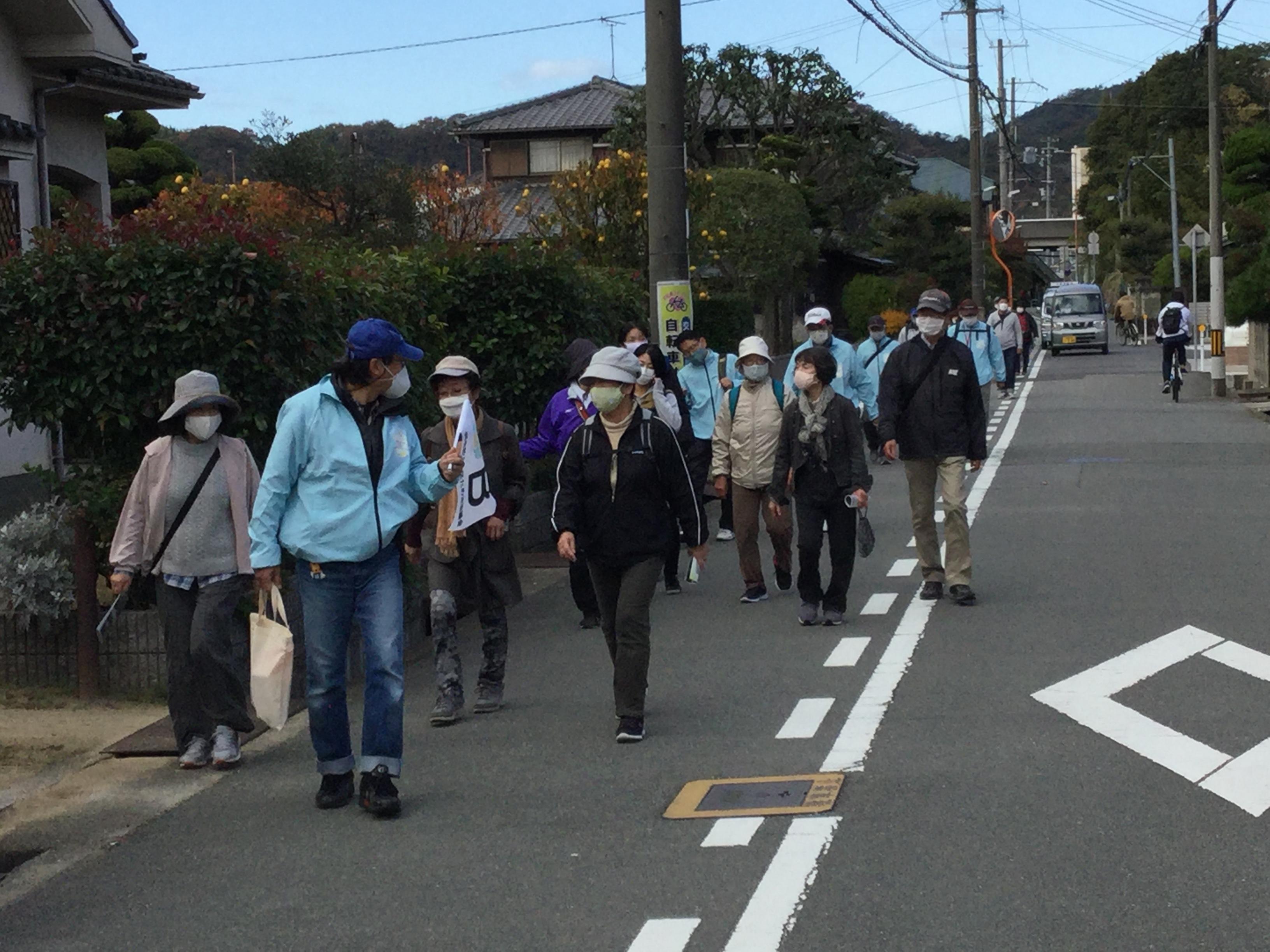 JR曽根駅発のコースは岡本さんが旗を揚げ先導です。阿弥陀地区の5か所の地点から名所旧跡を巡り、ゴールの市ノ池公園を目指しました。