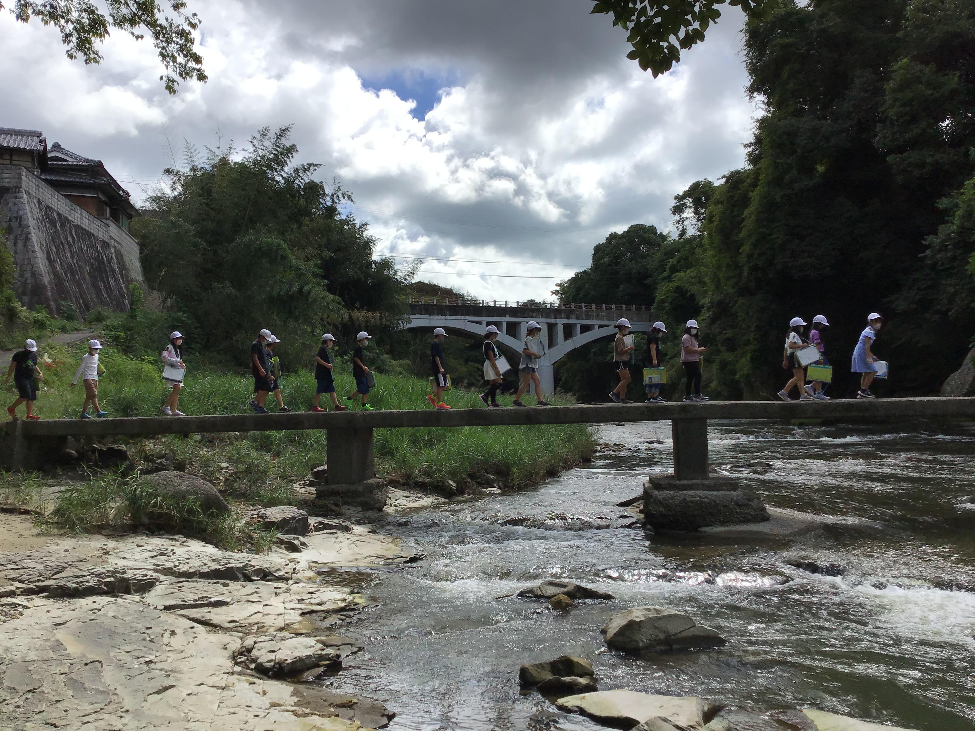 沈下橋から見た眼鏡橋(水路橋。)手前が耐震工事が出来たての橋脚です。水位が低くて良かったです。(私は記念に石を拾いました。)