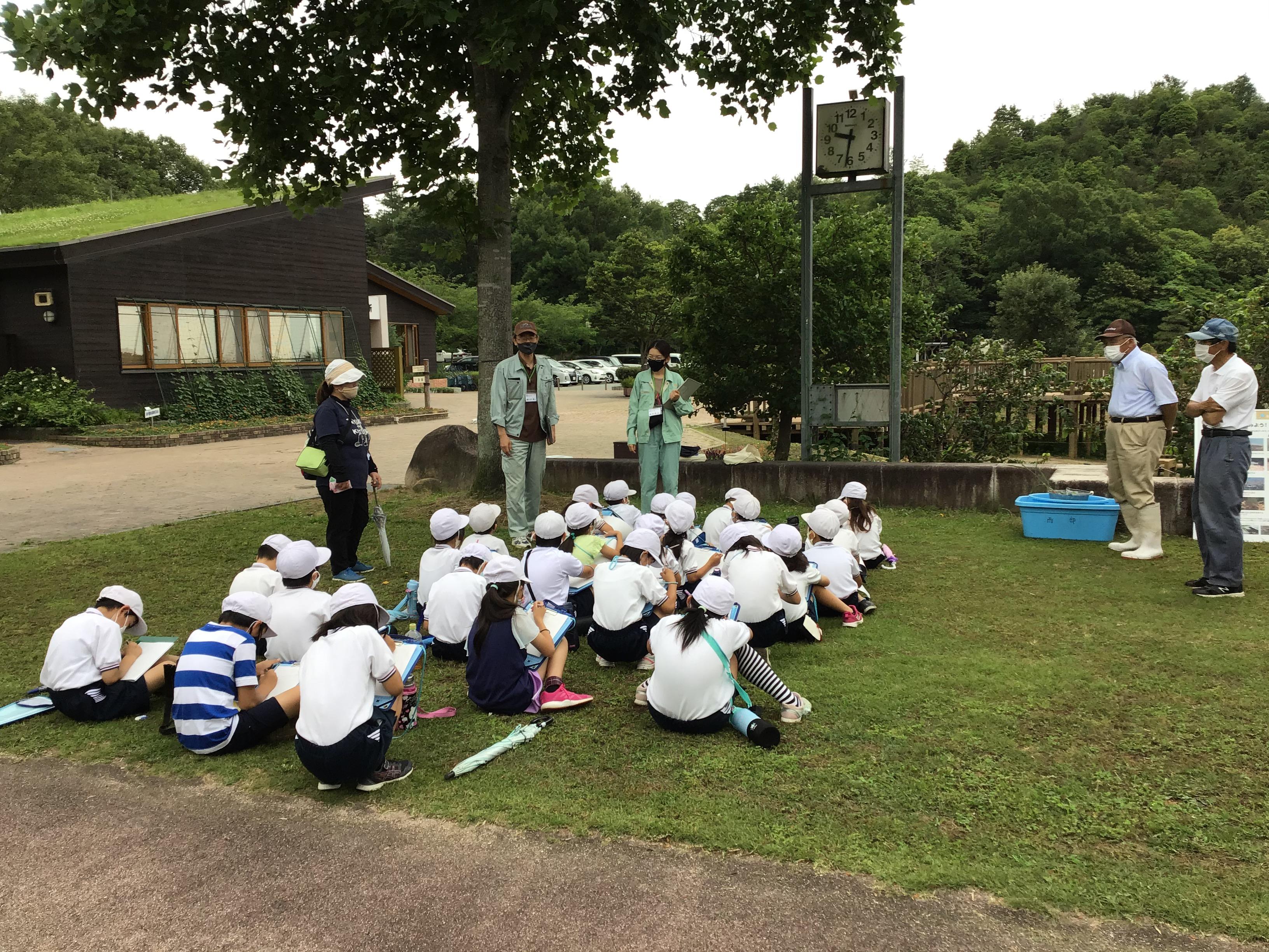 加古川流域土地改良事務所整備第1課の朝比奈課長と藤井さん。茶碗1杯のご飯を作るのに、なんとお風呂の水2杯分いるんだって。水は大事に使わないとね。