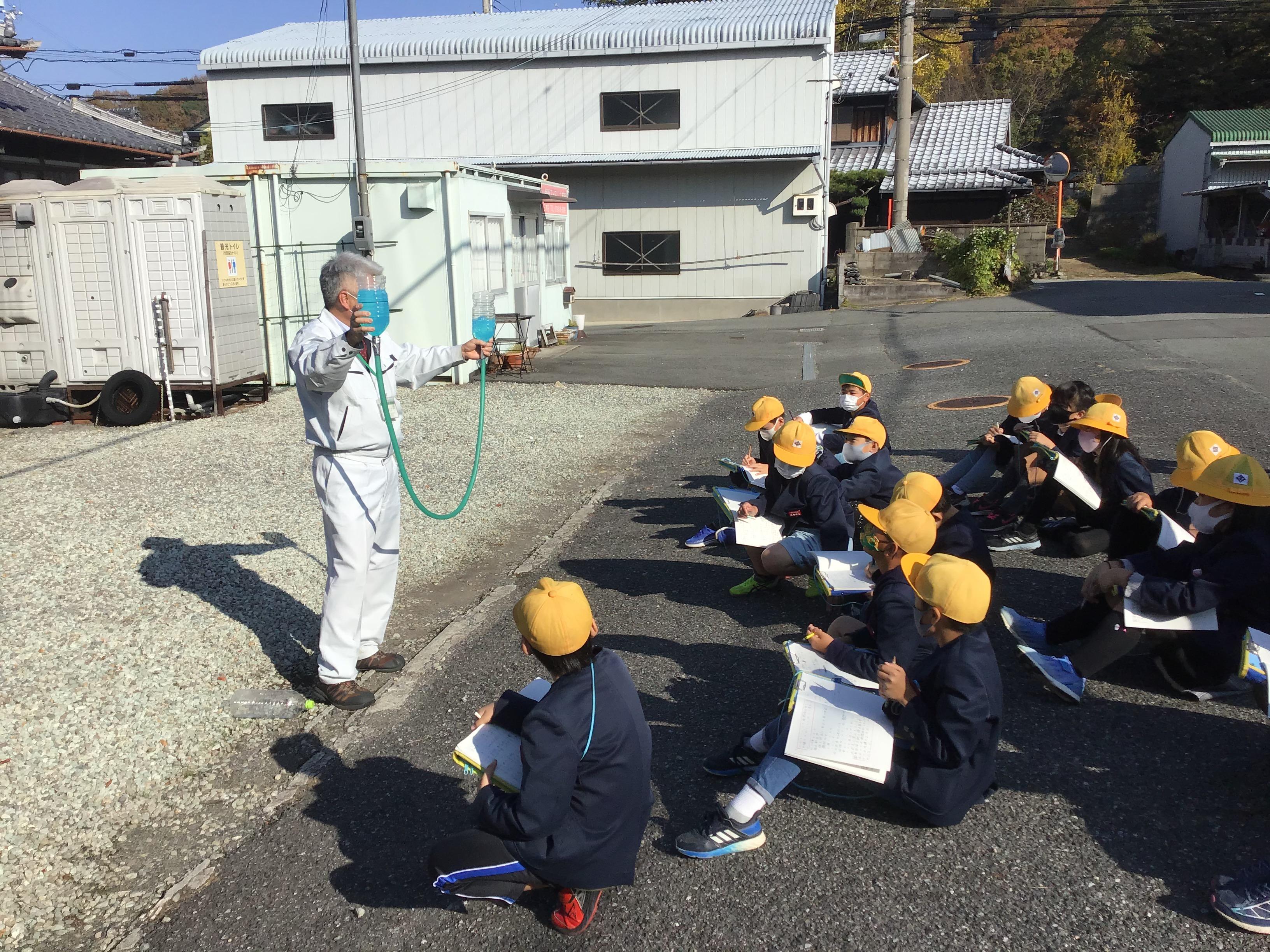 東播用水の大橋さんからミニュチュアセットで御坂サイフォンの仕組みの説明を受けました。