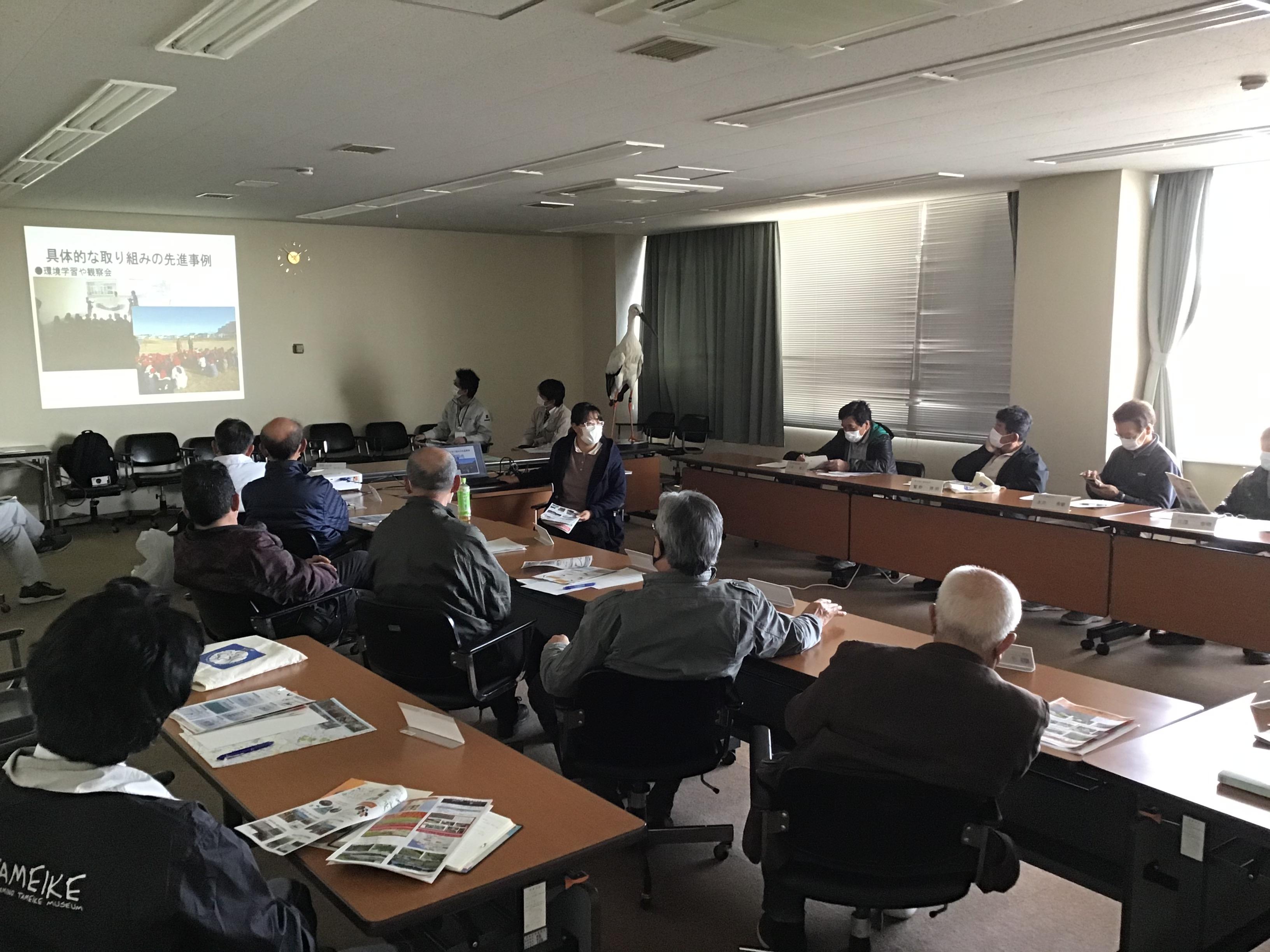 いなみ野ため池ミュージアム運営協議会「ため池」地域コーディネーターの中村さんがコウノトリの生態等説明。