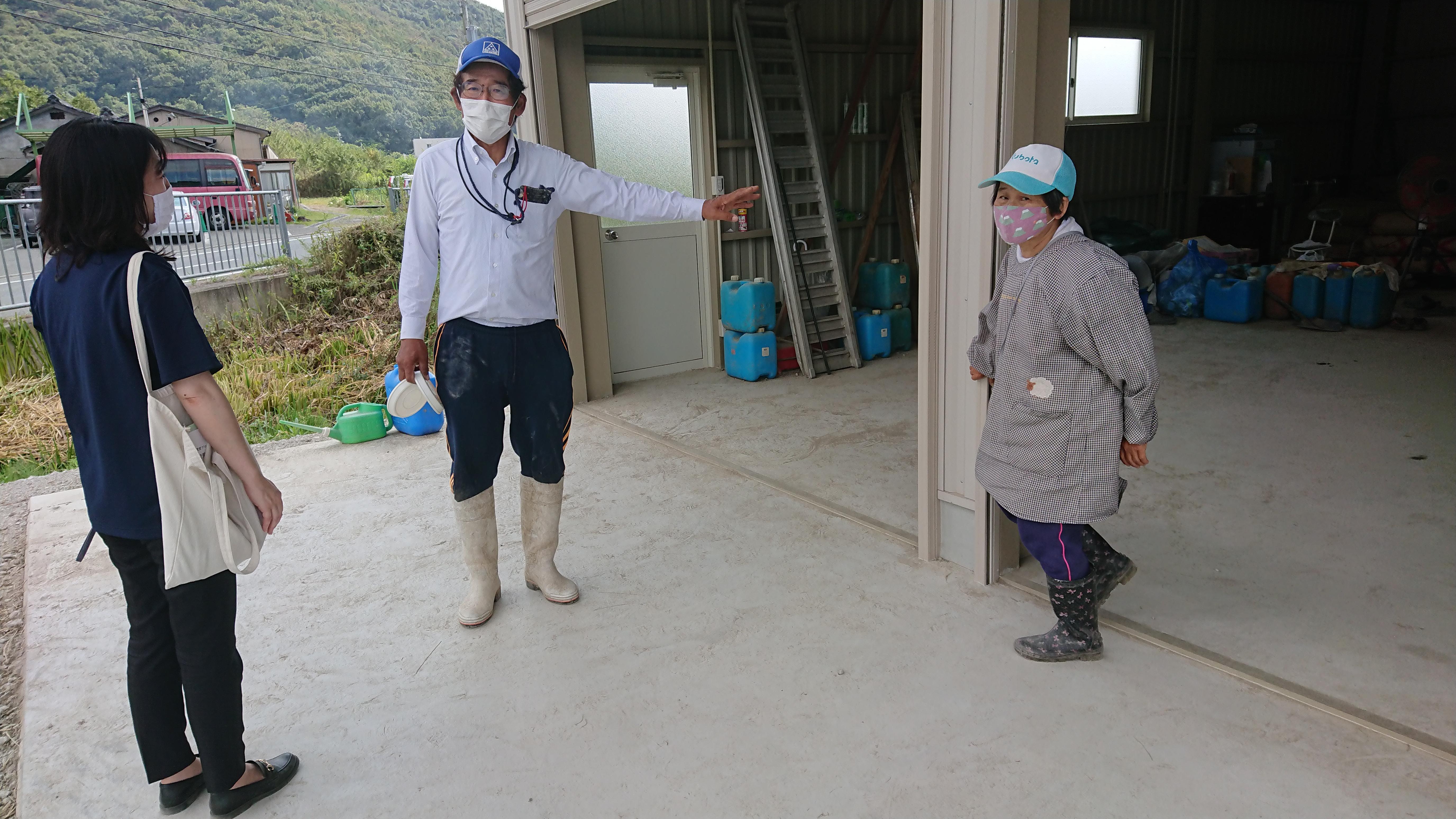 芦谷さんご夫婦に挨拶される教育委員会の三好さん(左側)。明日は天候が悪くなりそうです。午後からの稲刈り、お気をつけて。