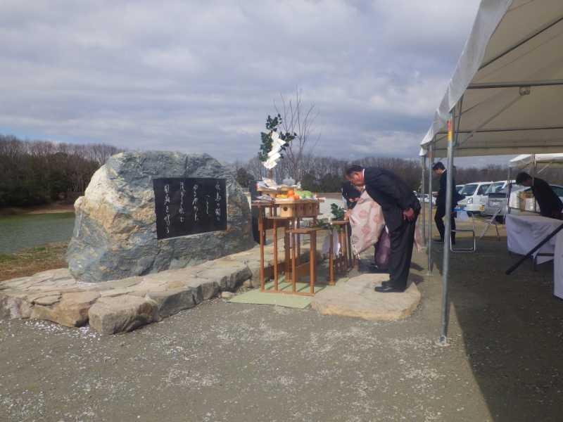 風呂ノ谷池の竣工式で、ため池コウノトリ看板もお披露目されました