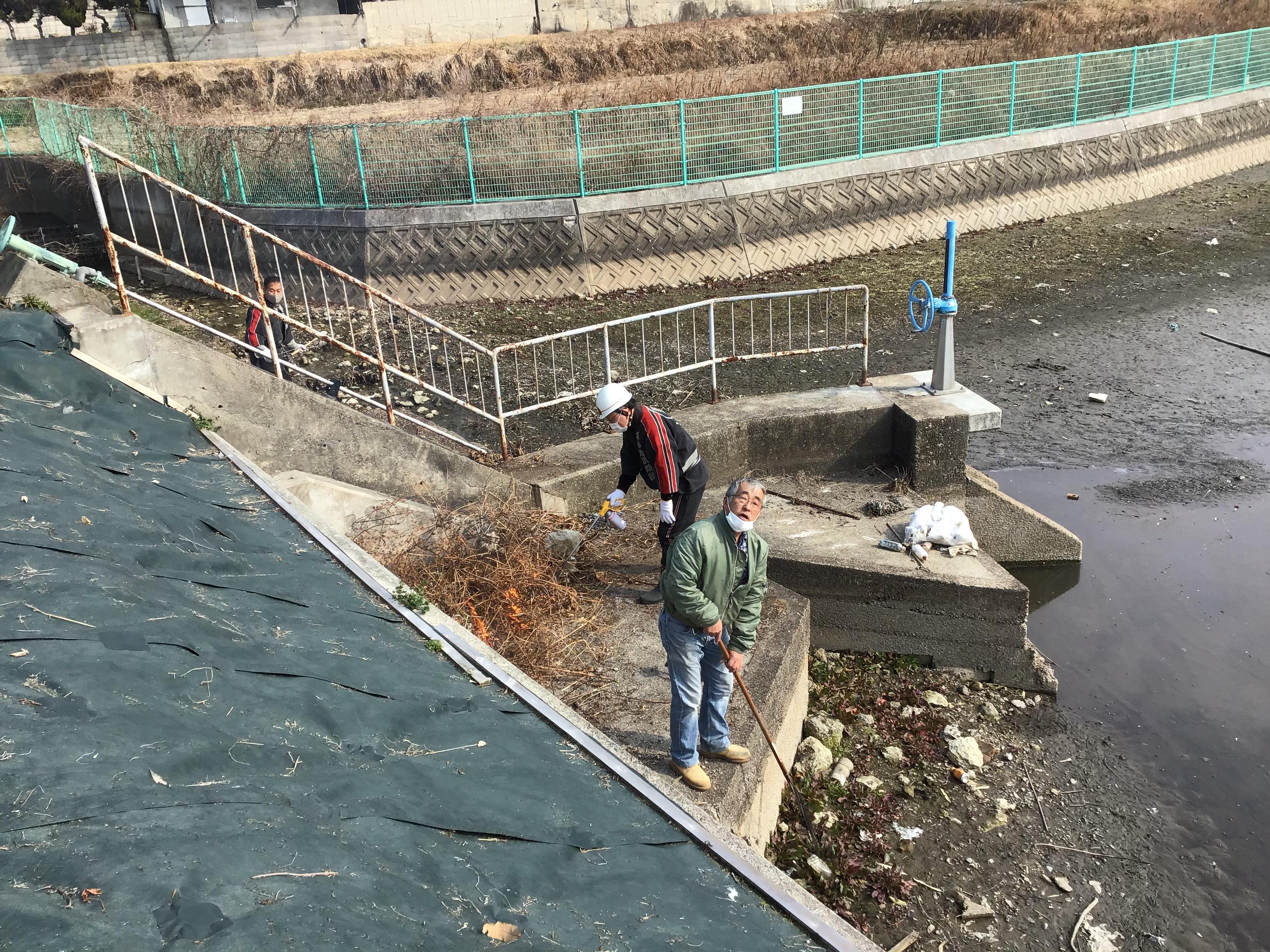 大日池堤内地側。高砂市ため池協議会の川端顧問もゴミ撤去。お疲れ様です。