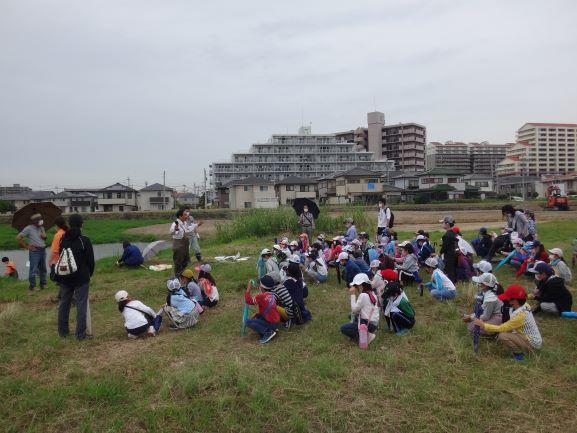 講師の松本先生が植物について説明をされました。開放的で気持ち良かったね。