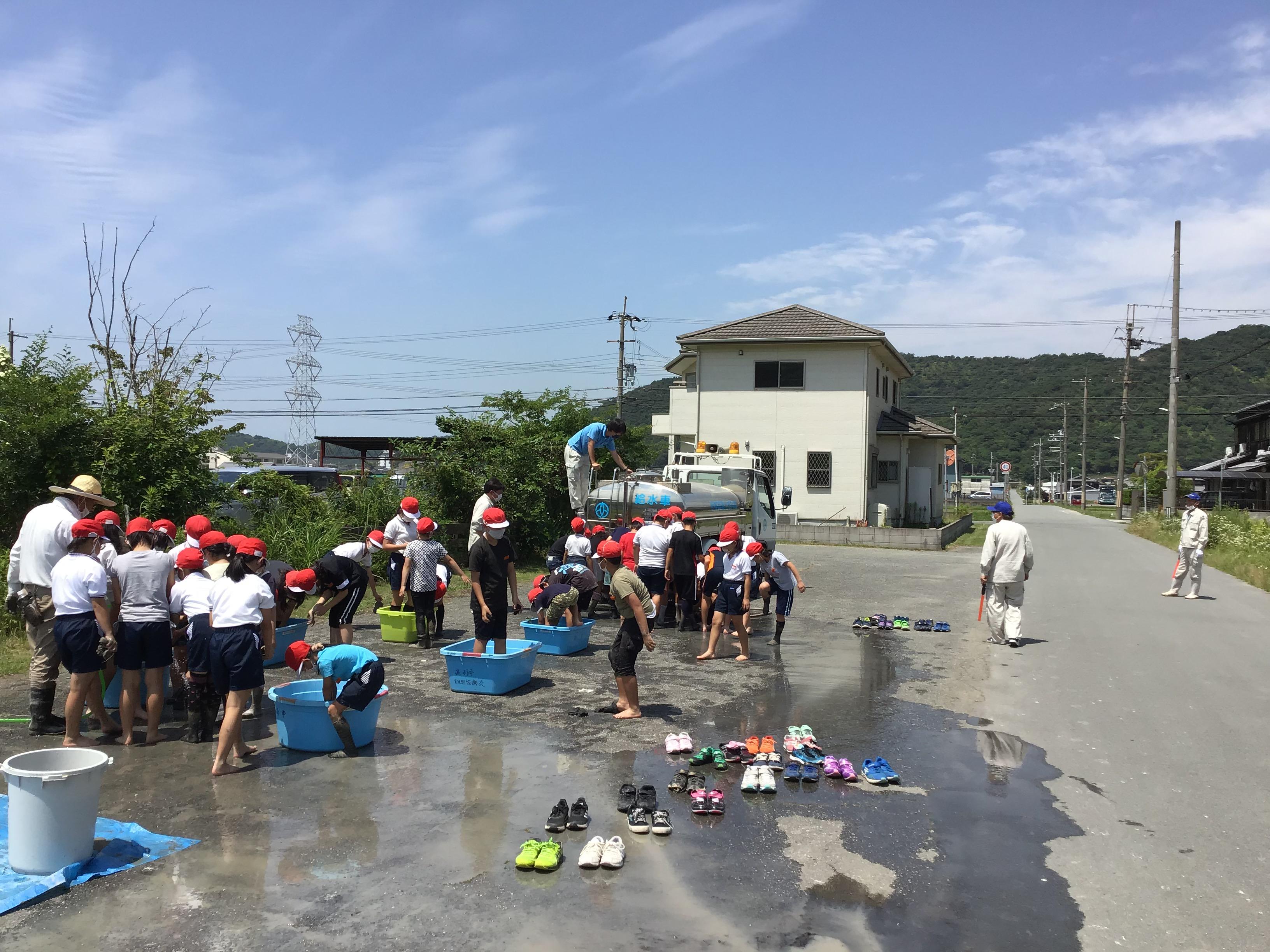 高砂市上下水道部(今津さん・福田さん・村山さん・長谷川さん)散水車に、靴揃え、たらいの水替え、ガードマン。お疲れ様でした。