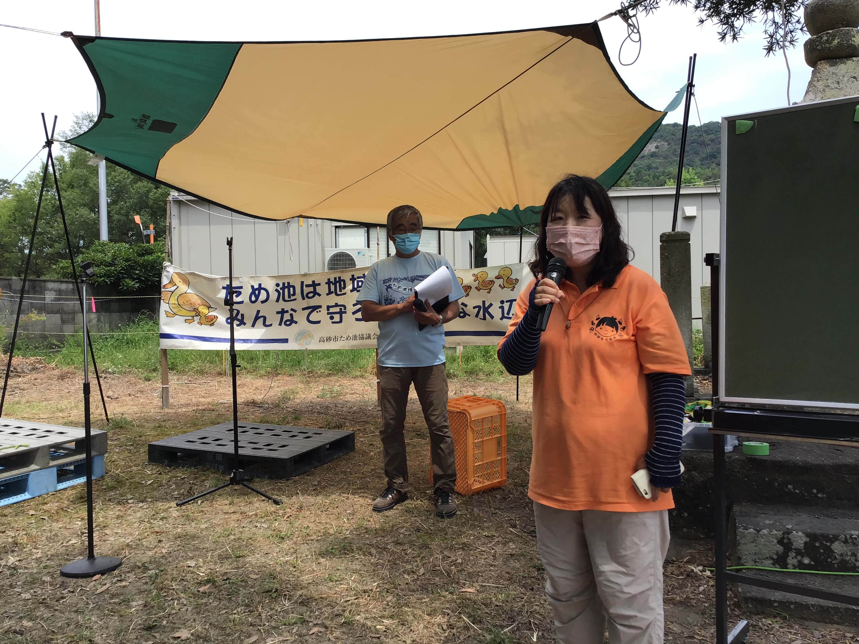 挨拶される明石のはらくらぶの丸谷聡子さん。阿弥陀田んぼビオトープの環境学習に協力されてます。因みに放課後のお楽しみ抽選会で枝豆当たりました。
