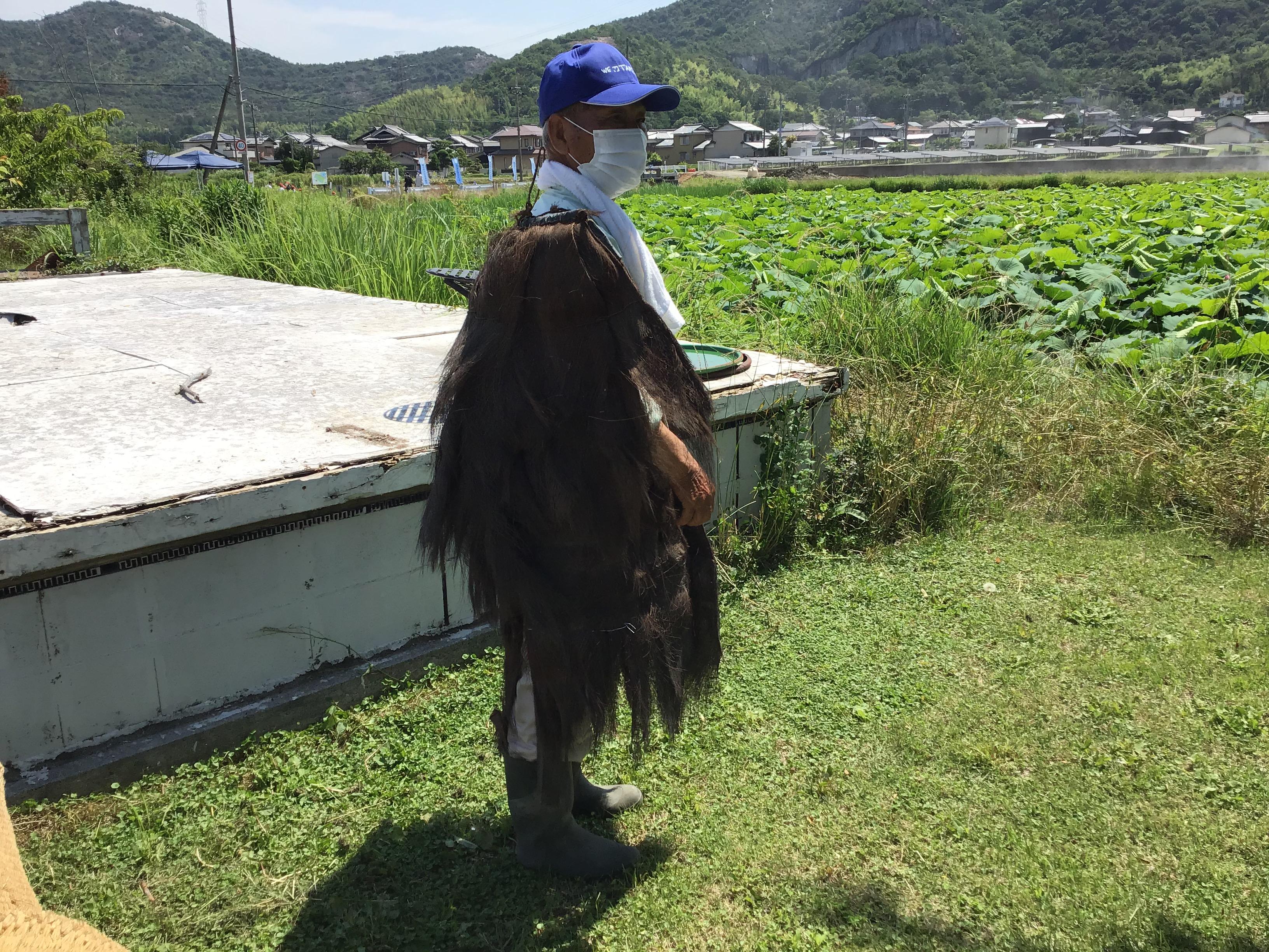 南池ため池協議会の砂川清二さん。なんとこんなのが残っていたんだ。シュロ(ヤシ科の植物)の雨合羽。流石にこれを知っている人は珍しい。なんか見覚えが? ゲゲゲの鬼太郎のキャラクターに「子泣きじじい」ってのが。すみません。どうしても記載したくて。