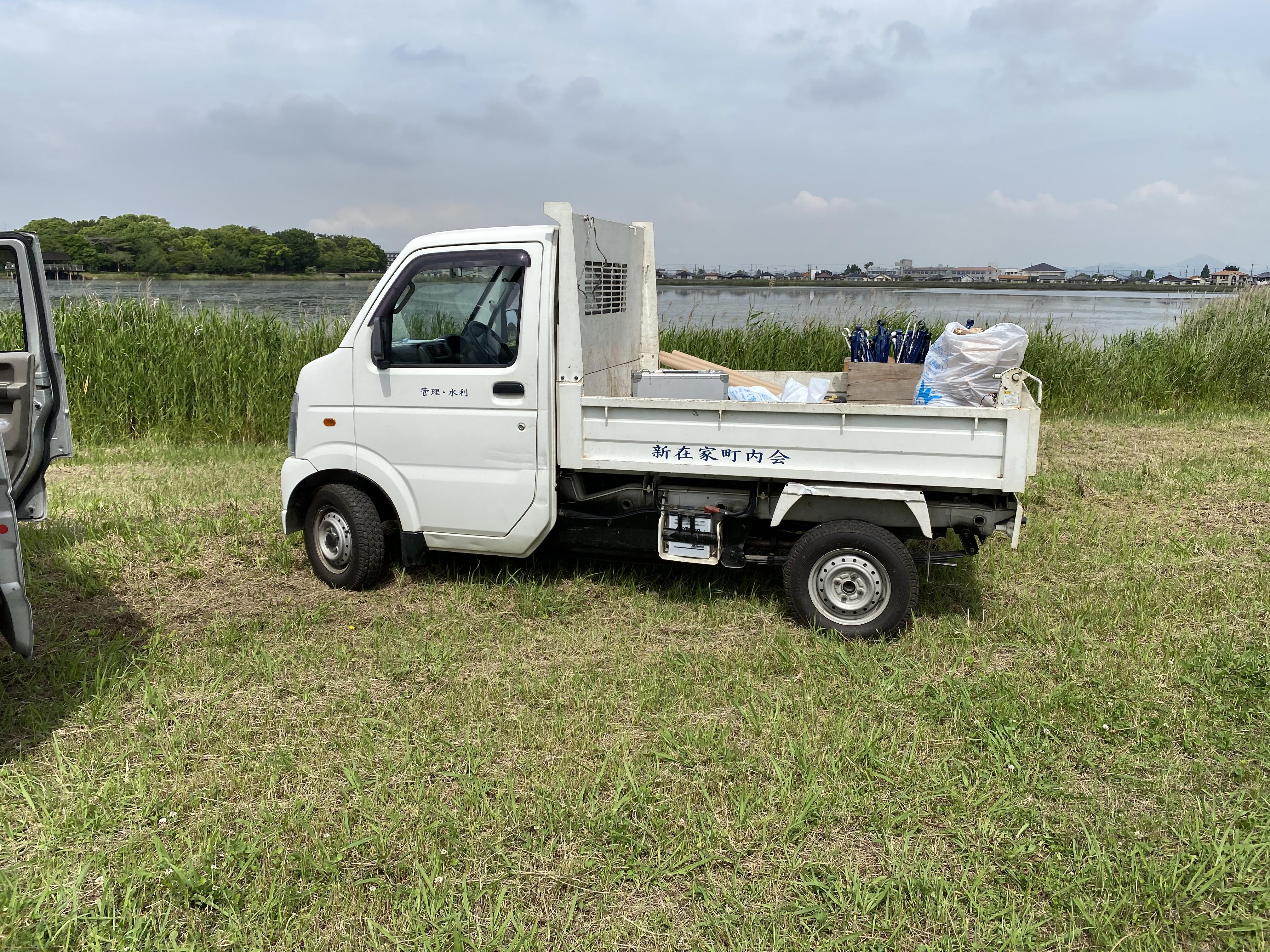凄いね‼ 新在家町内会用の軽トラックが。便利なんだよね。直ぐ後ろは、寺田池。