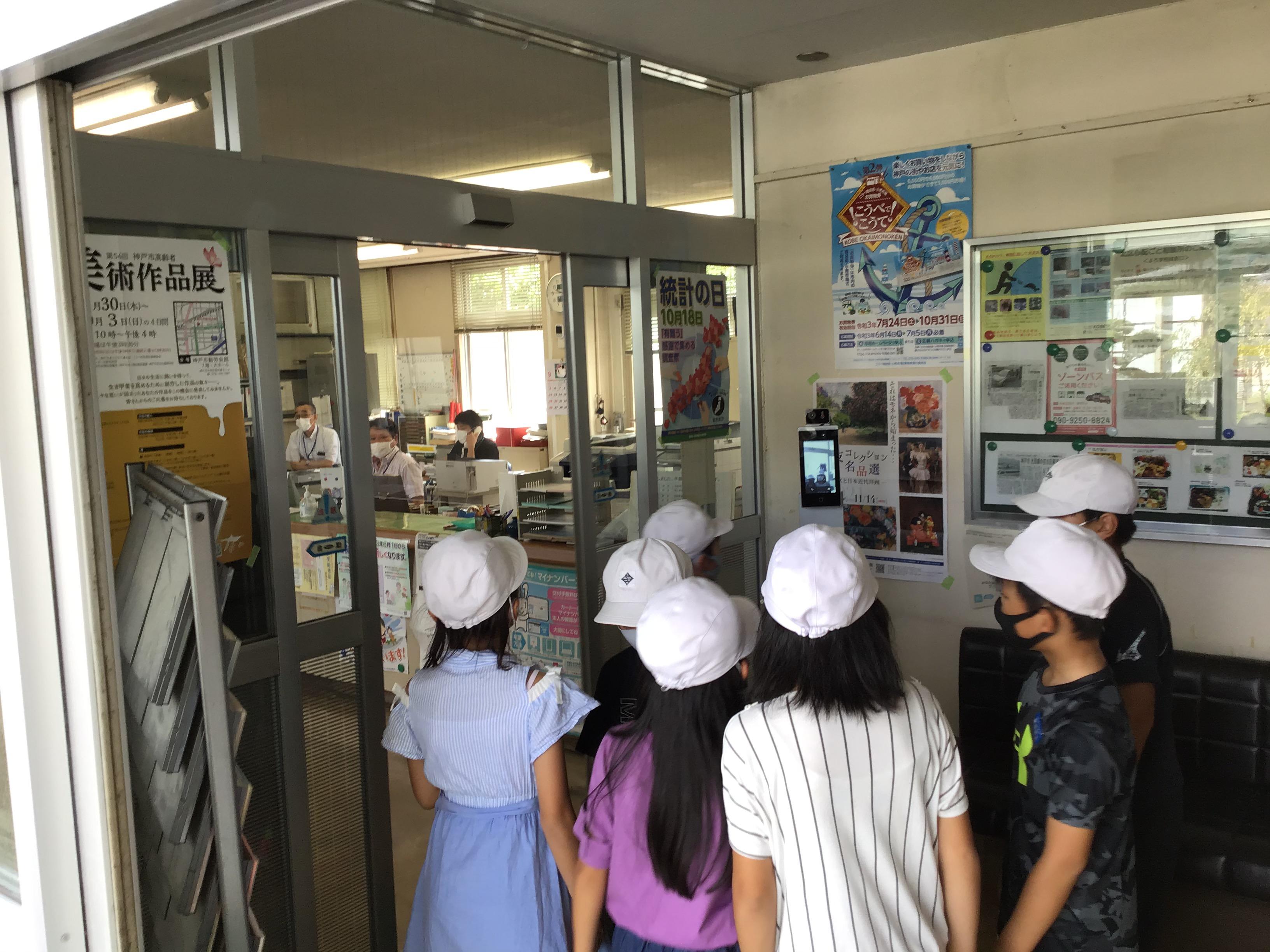 神戸市北区区役所北神支所淡河連絡所の市民トイレをお借りしてます。検温ですが、職場を覗いてるみたいですね。