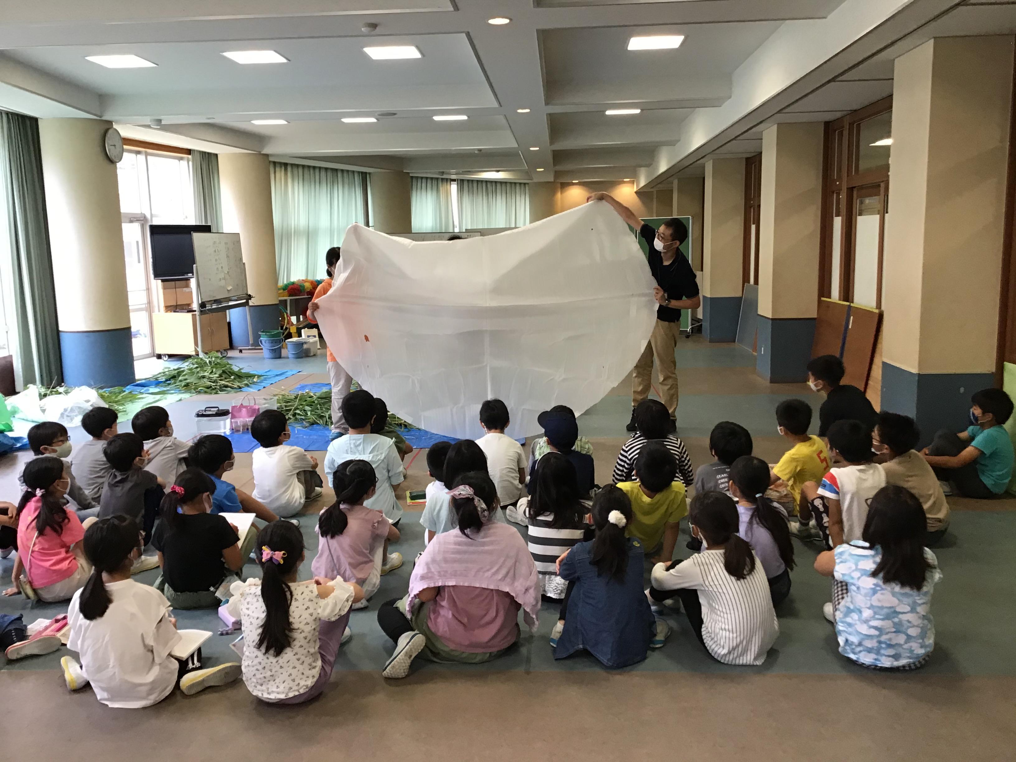 今度は、富山県(寒い地域では大きくなるんだって)で確認された日本最大のオニバスの葉。直径2.7メートル。わぉ~。子ども達も歓声。