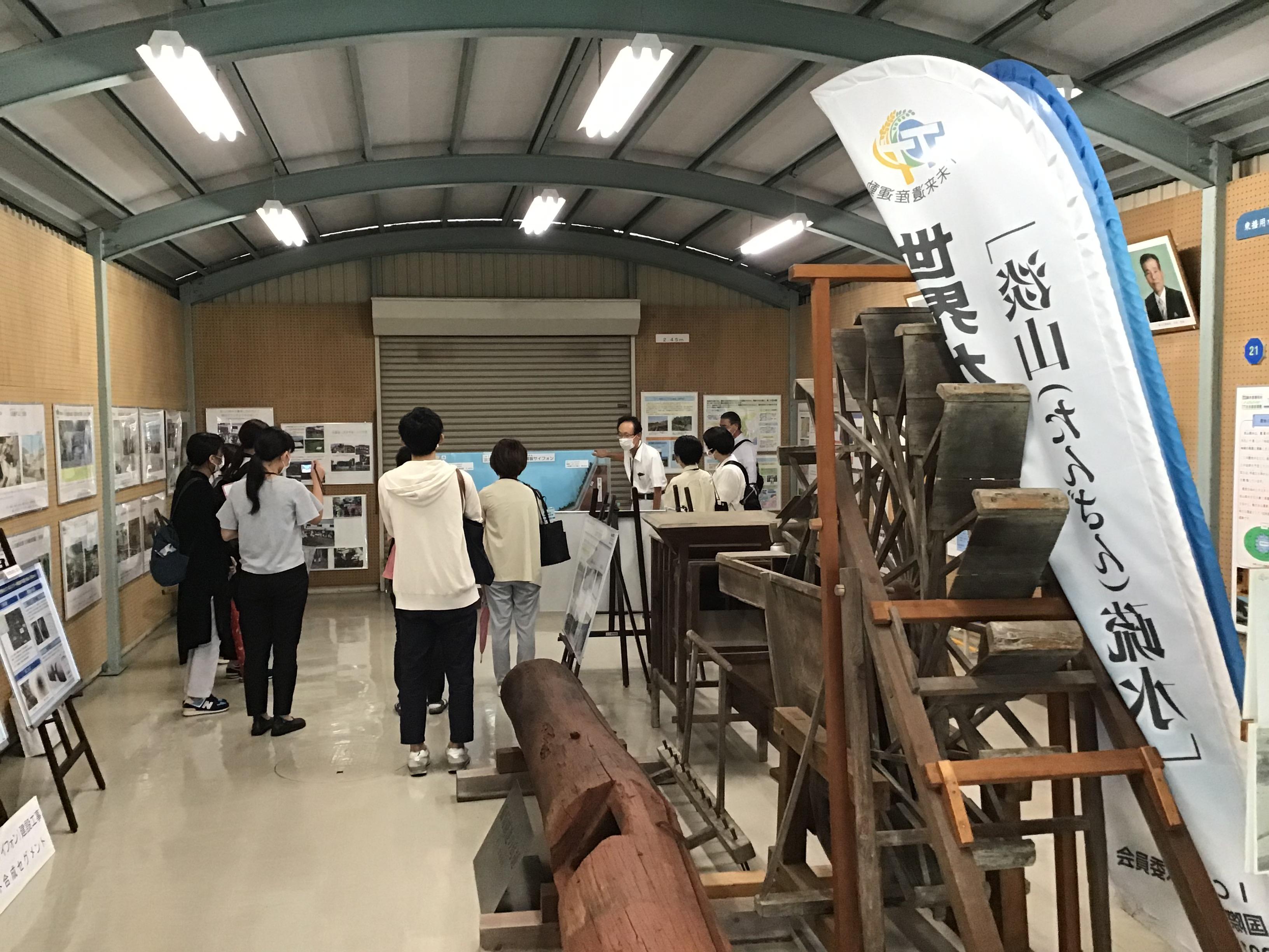 東播用水土地改良区の藤田参事に御坂サイフォンの見本を使い説明していただきました。