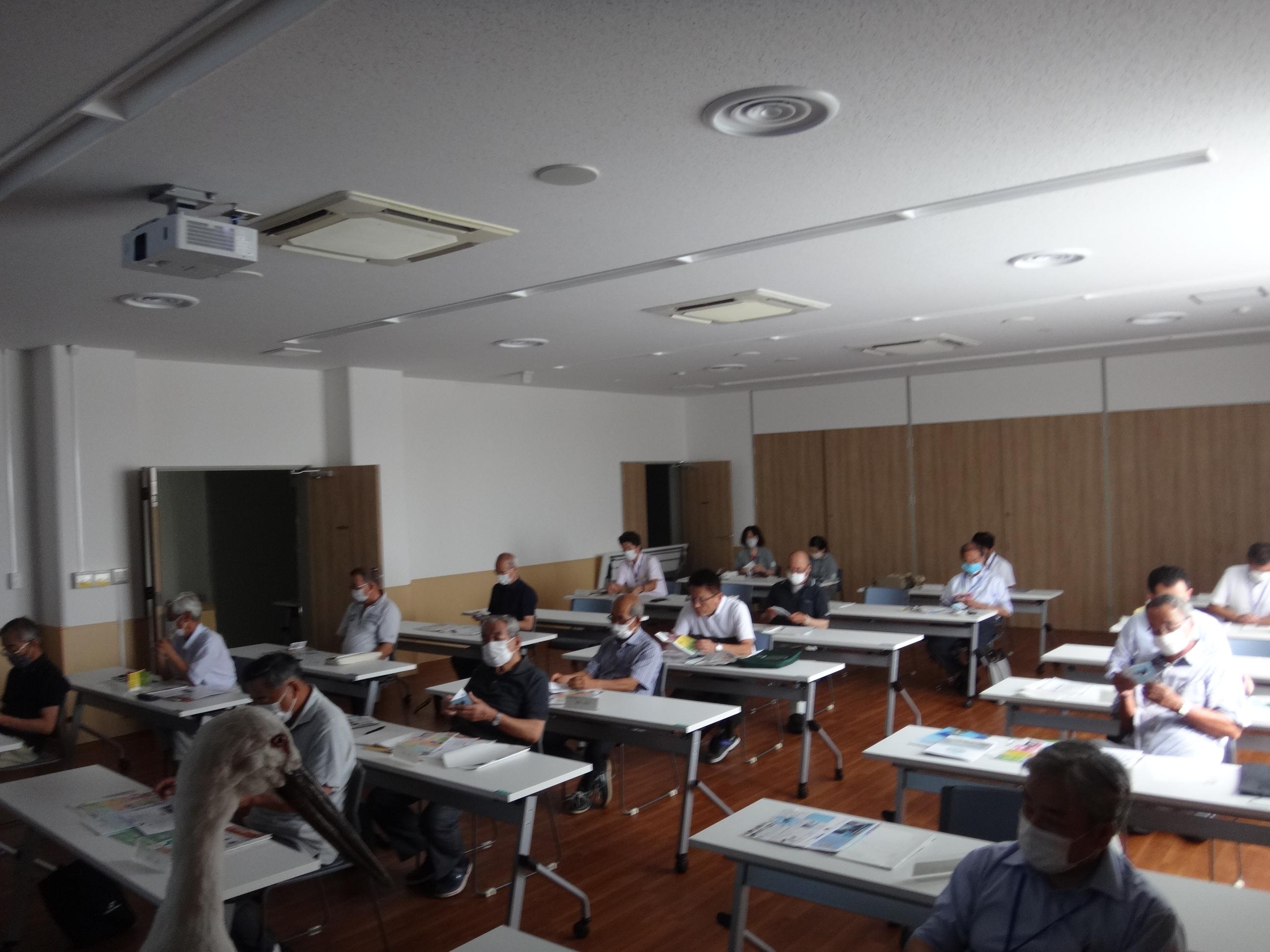 講演者の横にコウノトリの剥製(写真左下)も東播磨県民局から持参しました。
