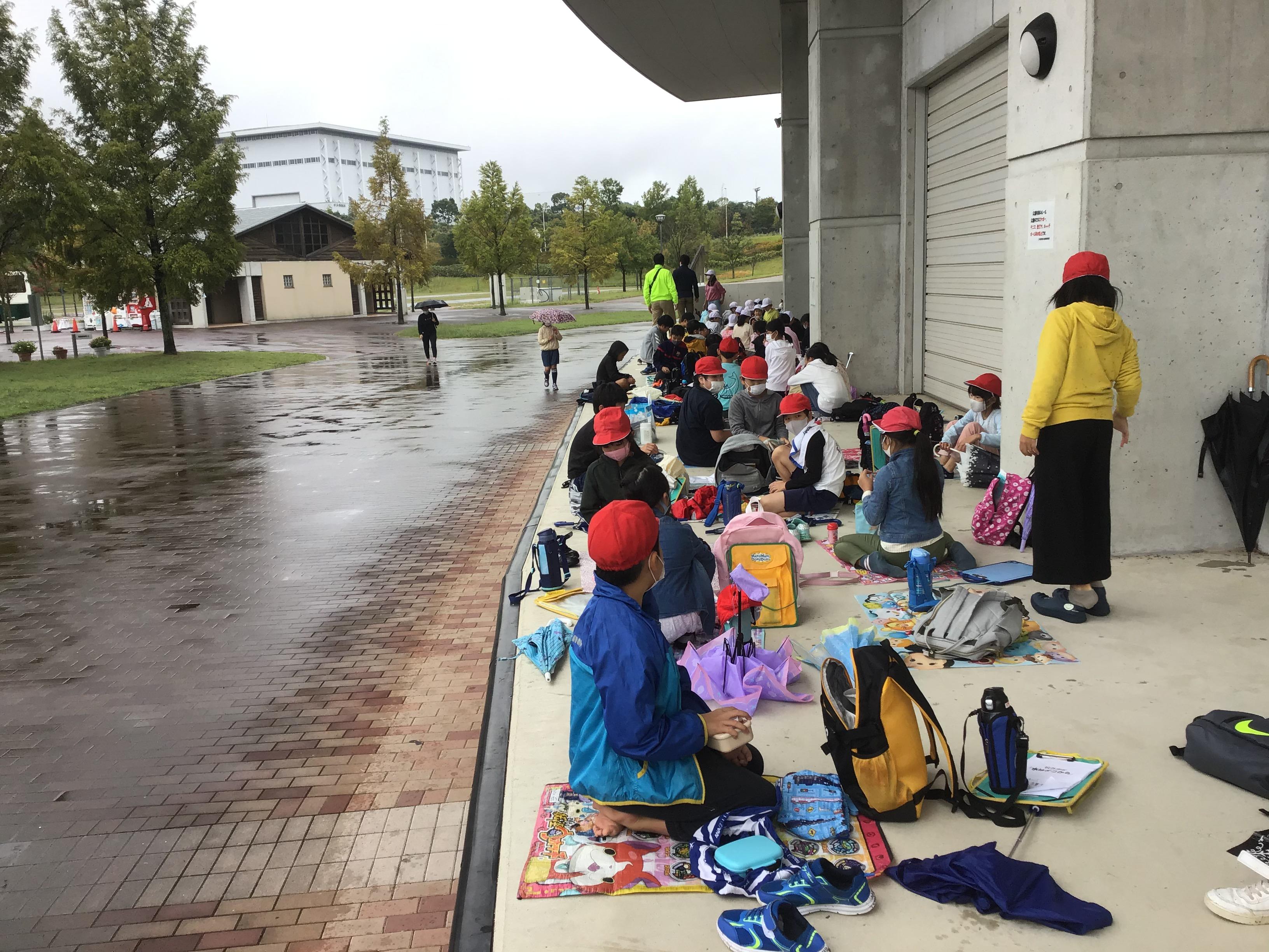 三木総合防災公園での昼ご飯風景。雨で芝生広場ではないけれど陸上競技場屋根の下でも楽しい食事となりました。