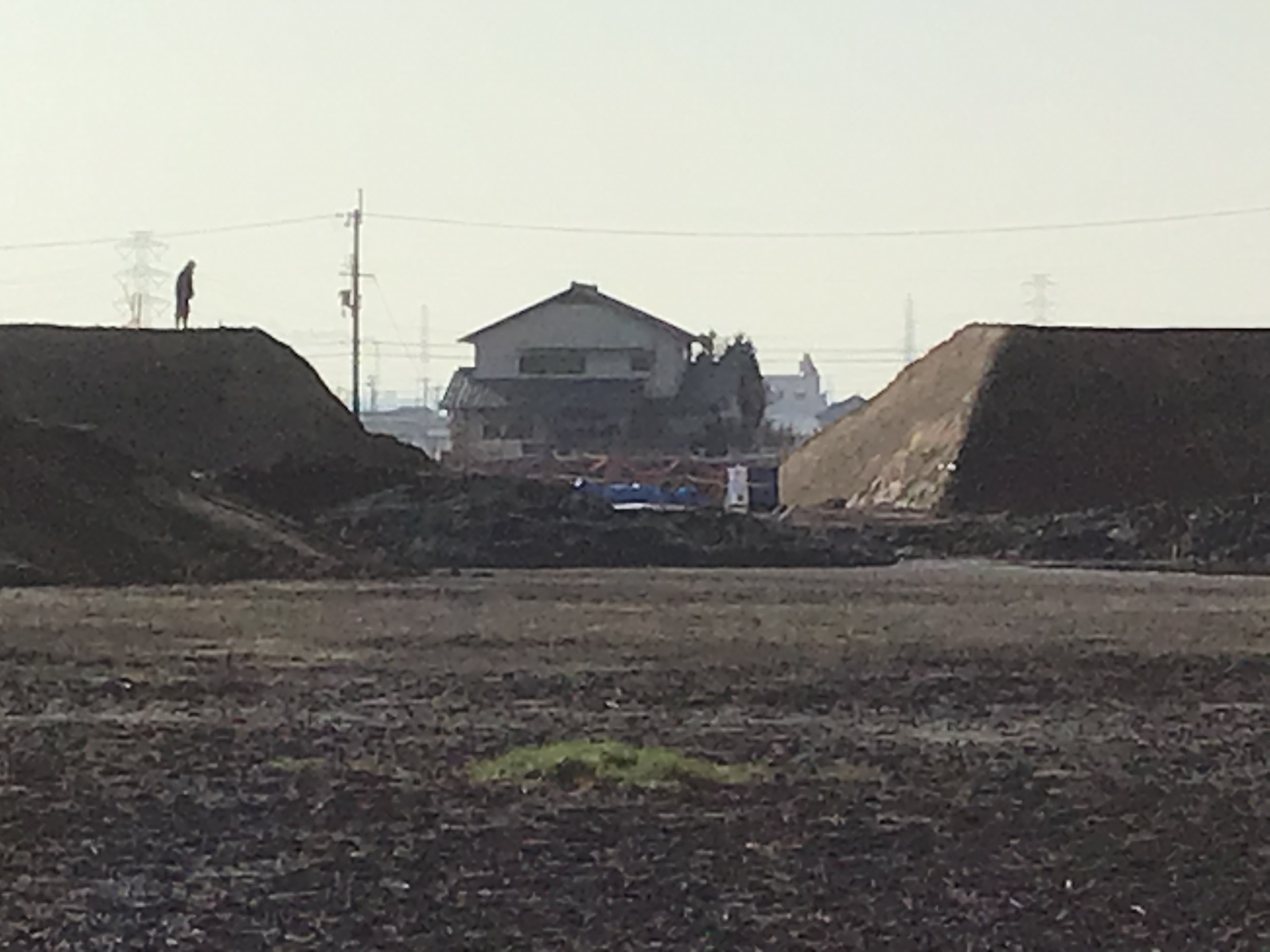堤体の大きさが解りますか?写真左の堤体に人が立ってます。池の底から民家が見えます。工事完成後は、この風景は二度と見れないですね。