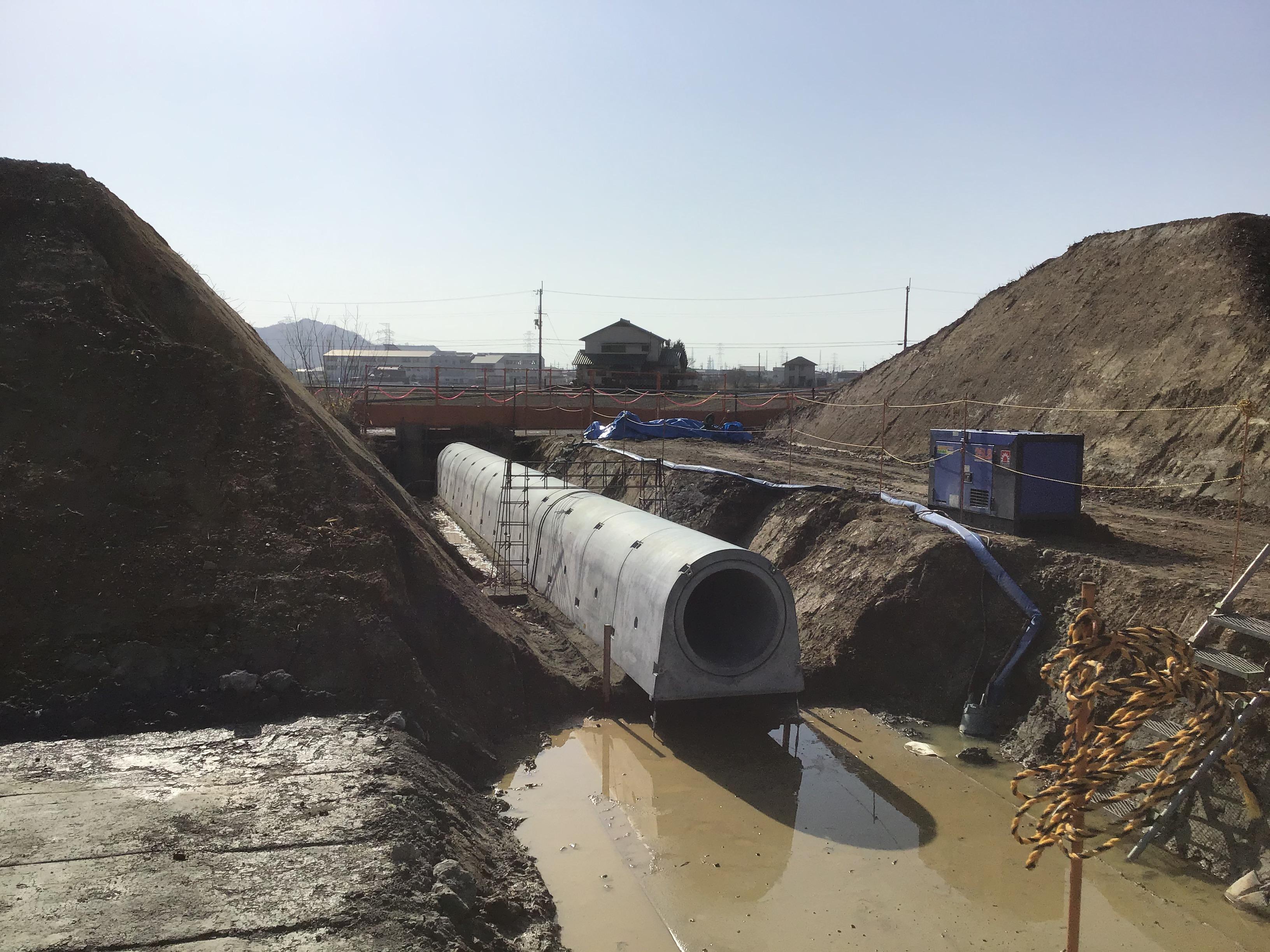 コンクリートの管は、底樋管といって池底の水を抜く管です。内径が80センチ。人が這って入れます。