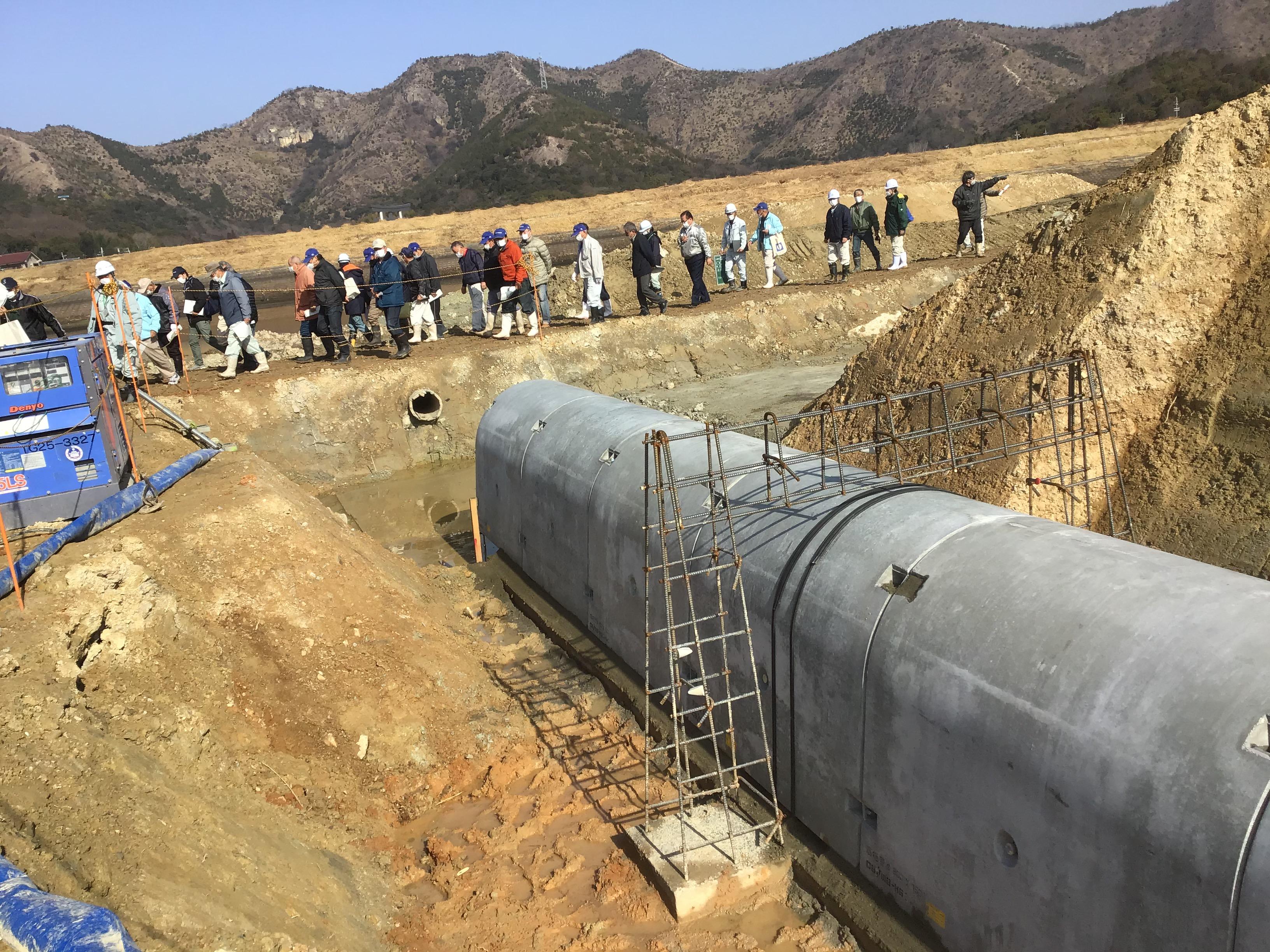 底樋管に鉄筋が門のように設置してあるのは、コンクリート管に沿って水の道が出来ないように衝立のコンクリート擁壁を作り漏水しない様考えられてます。