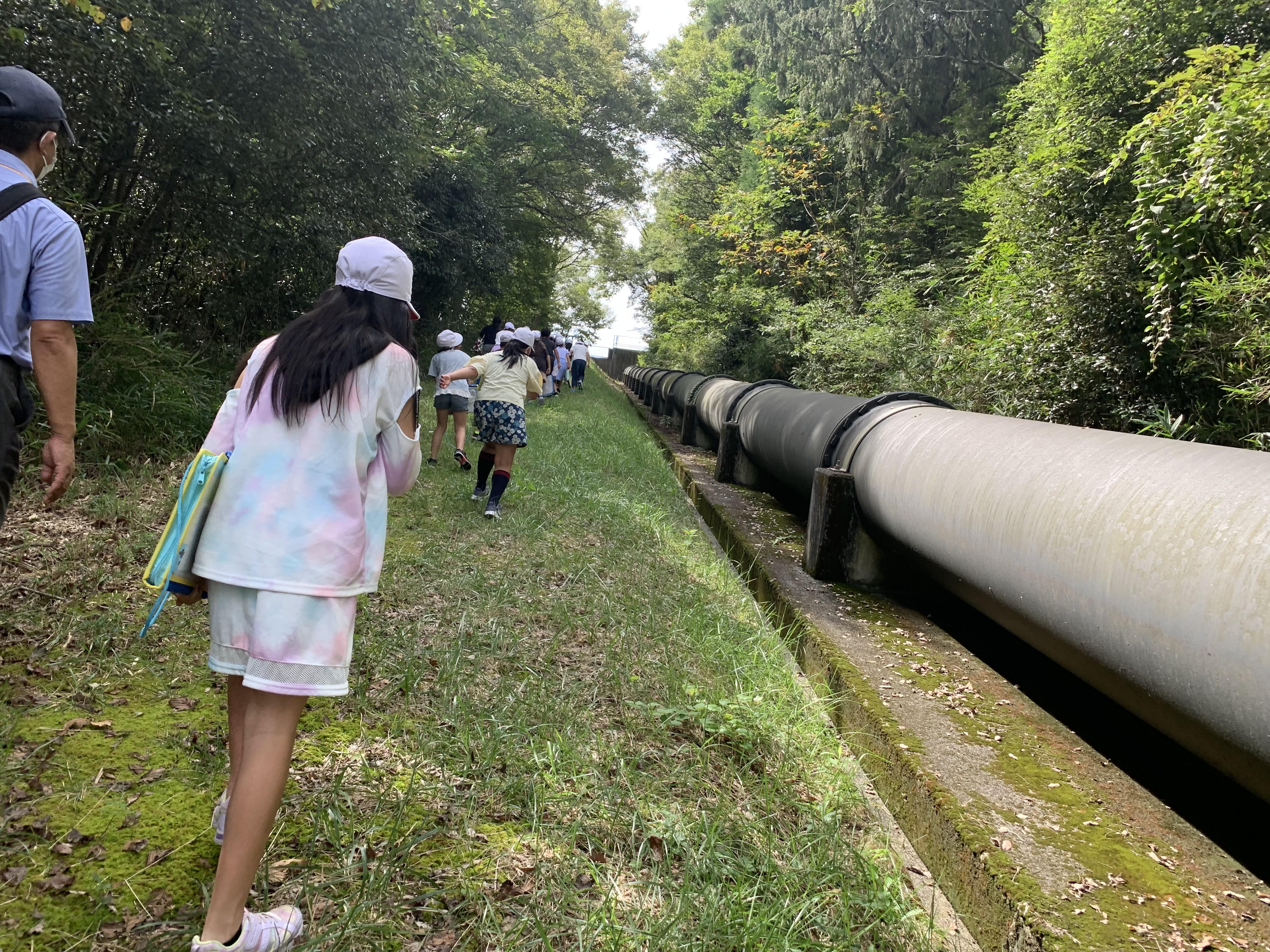 しかし4年生は無限の体力があるね。管の中を遡上する水の様に児童も登る。(写真左の平田教頭は準備万端、長靴です。)