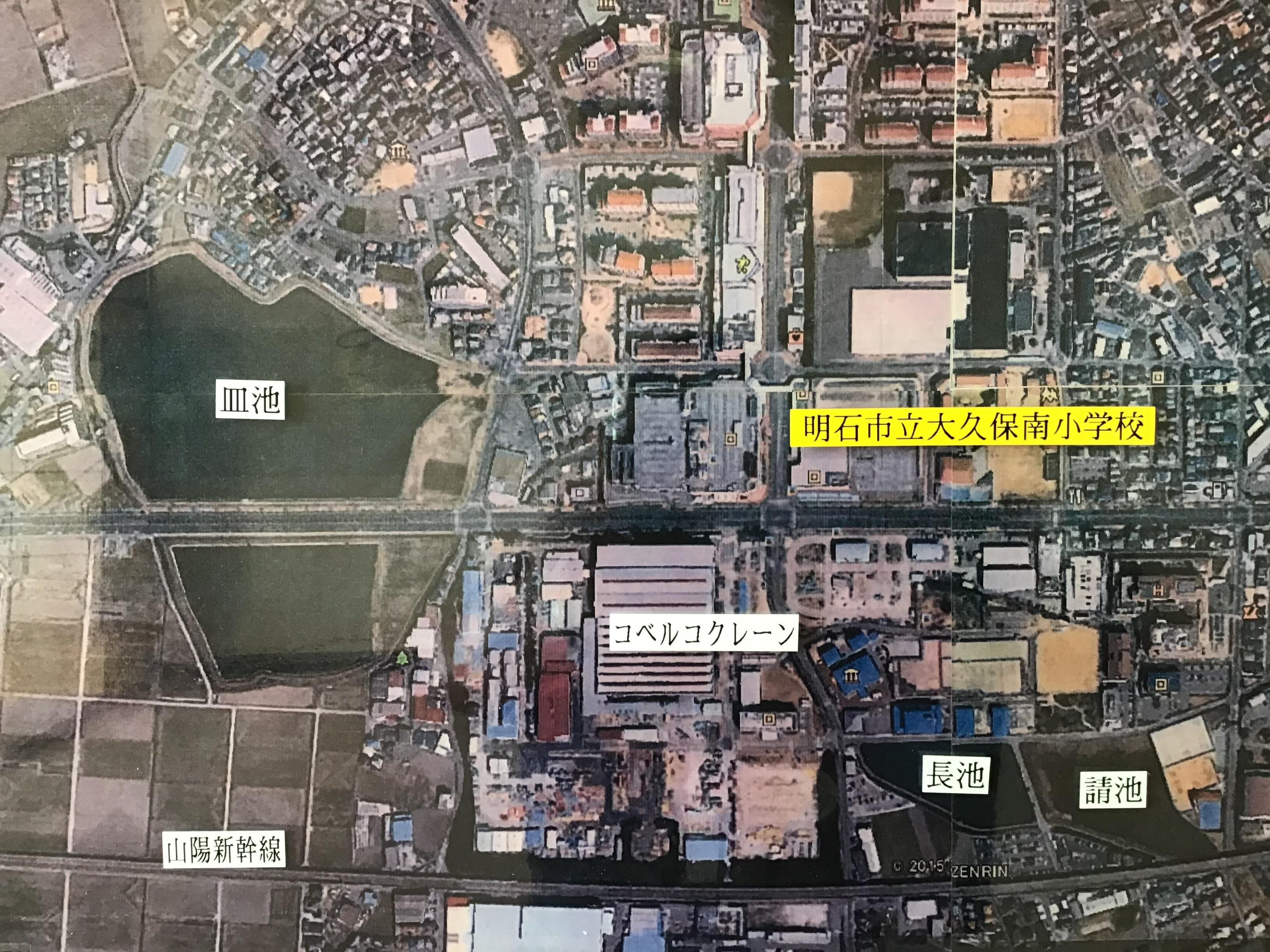 写真右側の大久保南小学校から皿池は西に約500メートルに位置しています。(右下の請池はヒメガマに覆われています。大変)