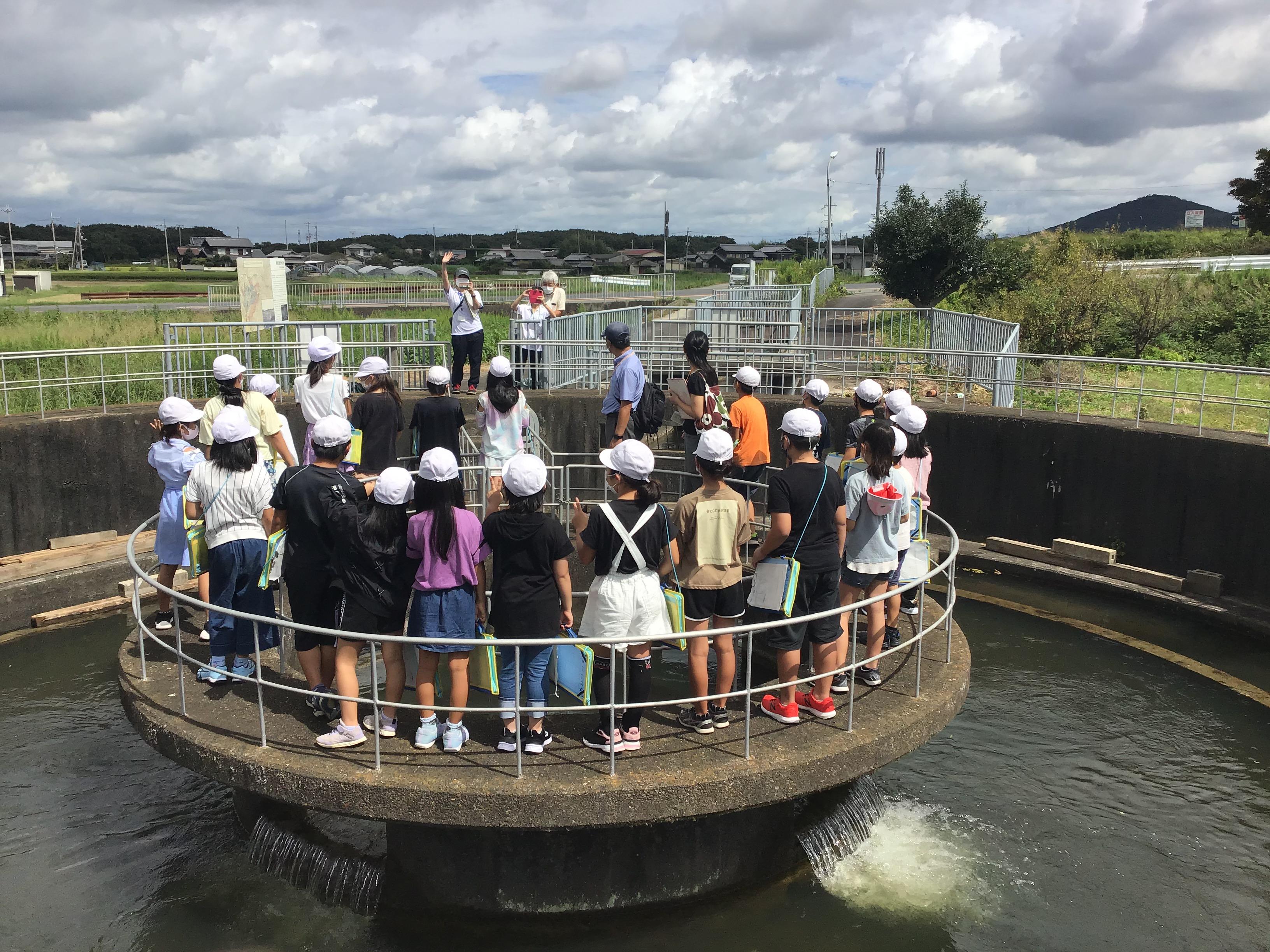 練部屋分水所 みんな。撮影するよ~。東播磨県民局の福田さんと流域土地改良事務所の木村さんに注目。写真右奥の山は雌岡山(めっこうさん)かな。標高249m