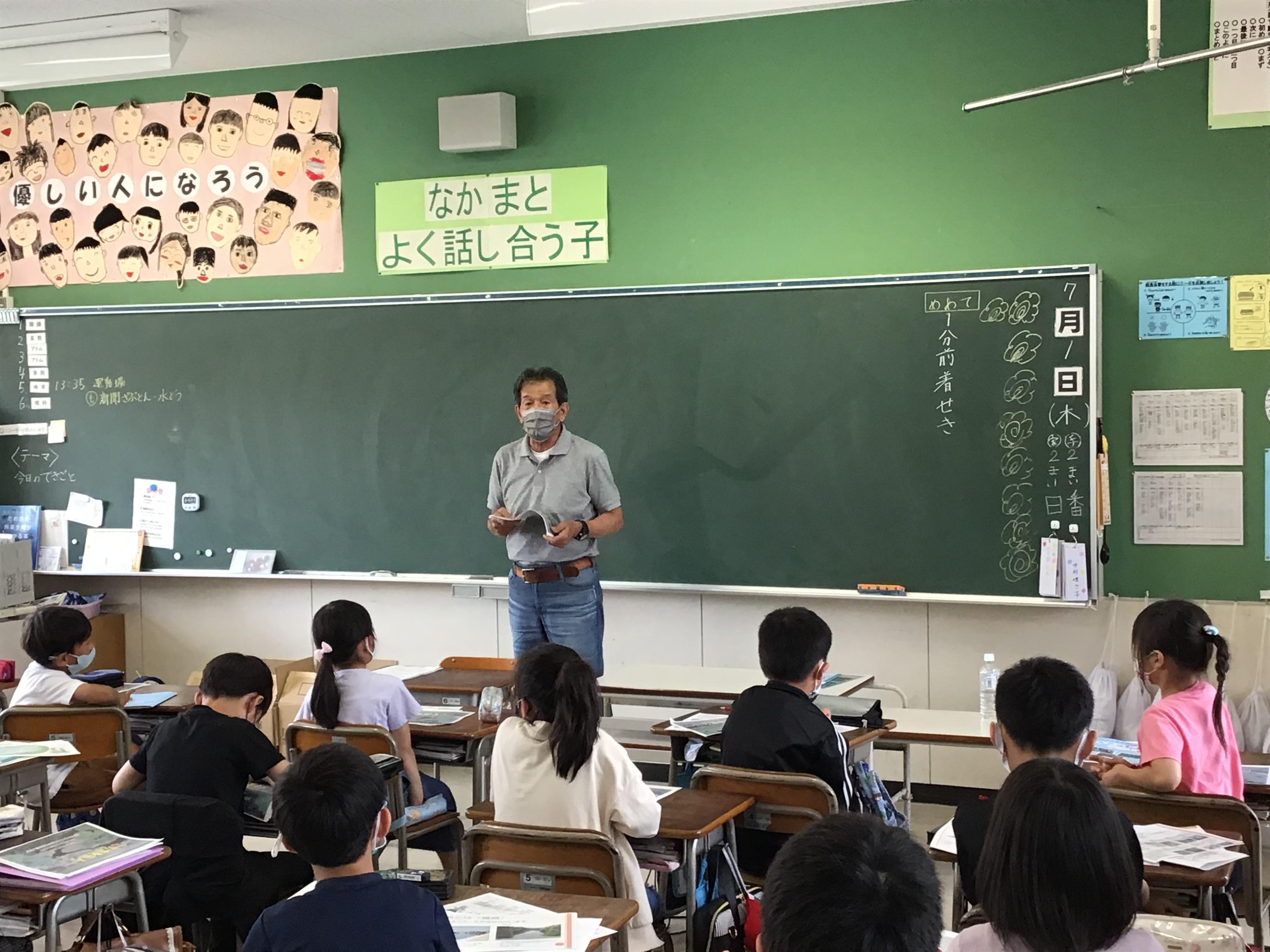 江井ヶ島土地改良区の﨑野理事長。ため池を知ろうと、ため池の役割・しくみ・作り・流れなどを講義されました。