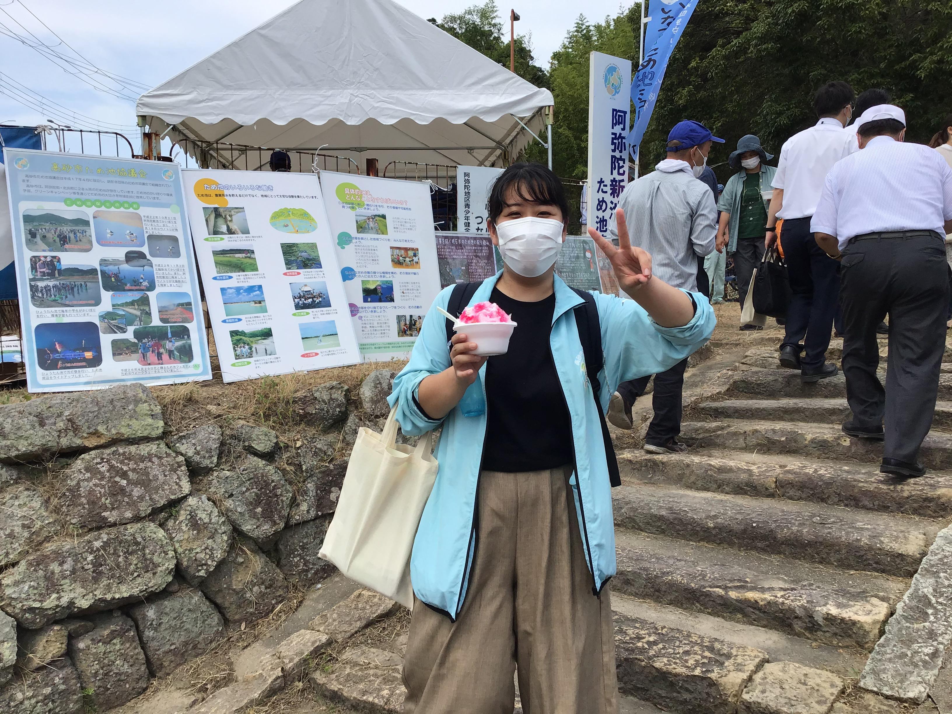 この3月まで、いなみ野ため池ミュージアム運営協議会のコーディネーターをされていた中村さん。阿弥陀田んぼビオトープで地元との橋渡しに尽力されました。見たことがあるジャンパーは暑いですよ。イチゴですね。