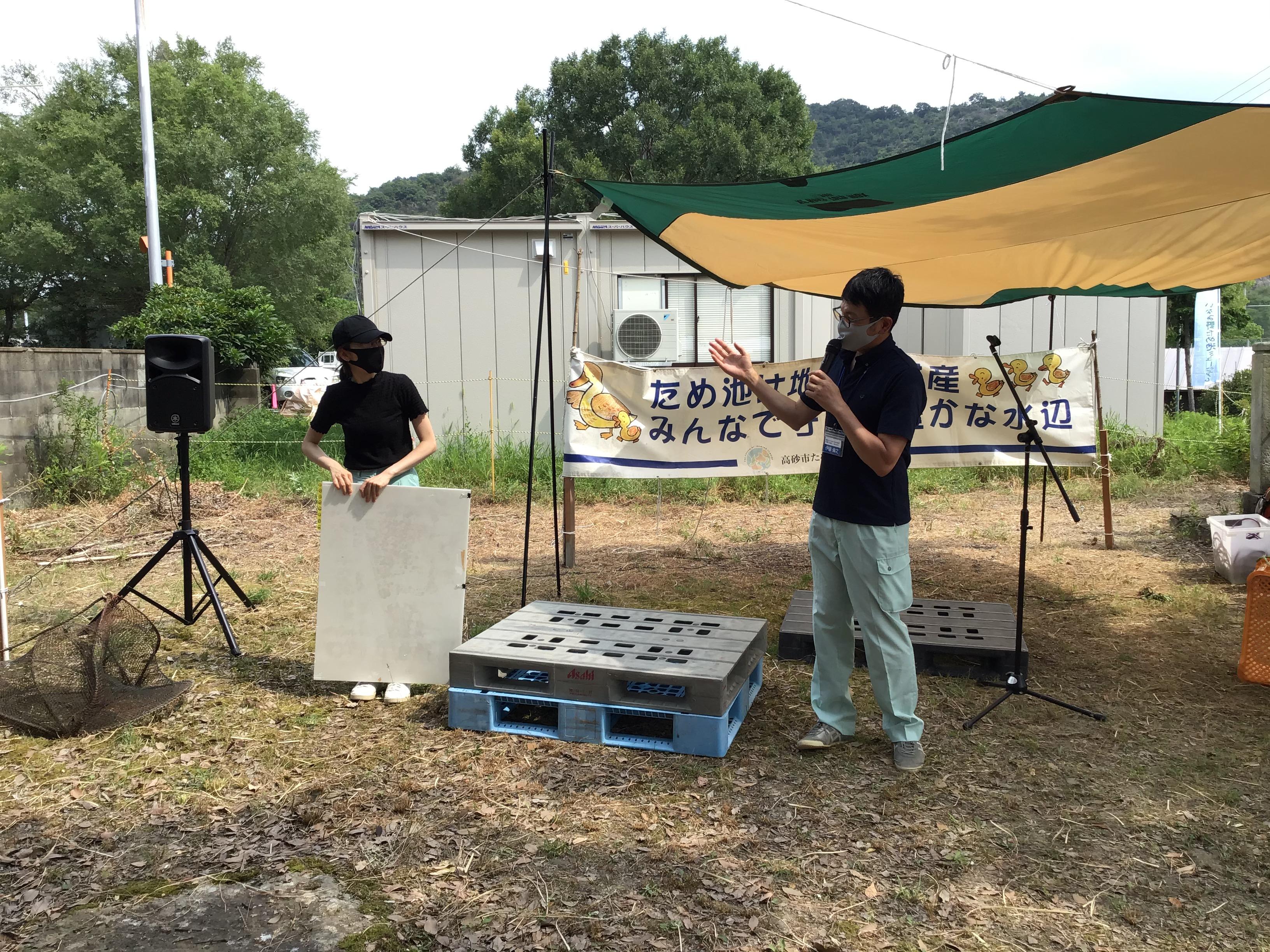 1時限目に、加古川流域土地改良事務所所長補佐がため池を活用した浸水軽減の説明後、パネル受持ちの藤井理央(左側)さんを今4年目で頑張っていますと参加者に紹介。