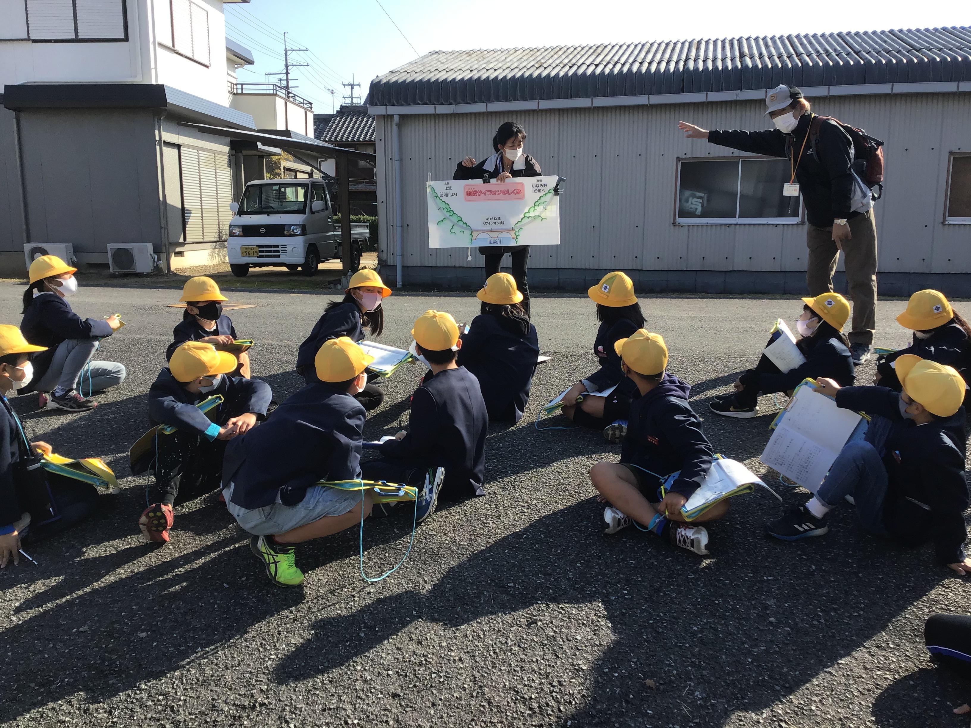 加古川流域土地改良事務所の木村さんからは水を流してサイフォンの説明を受けました。