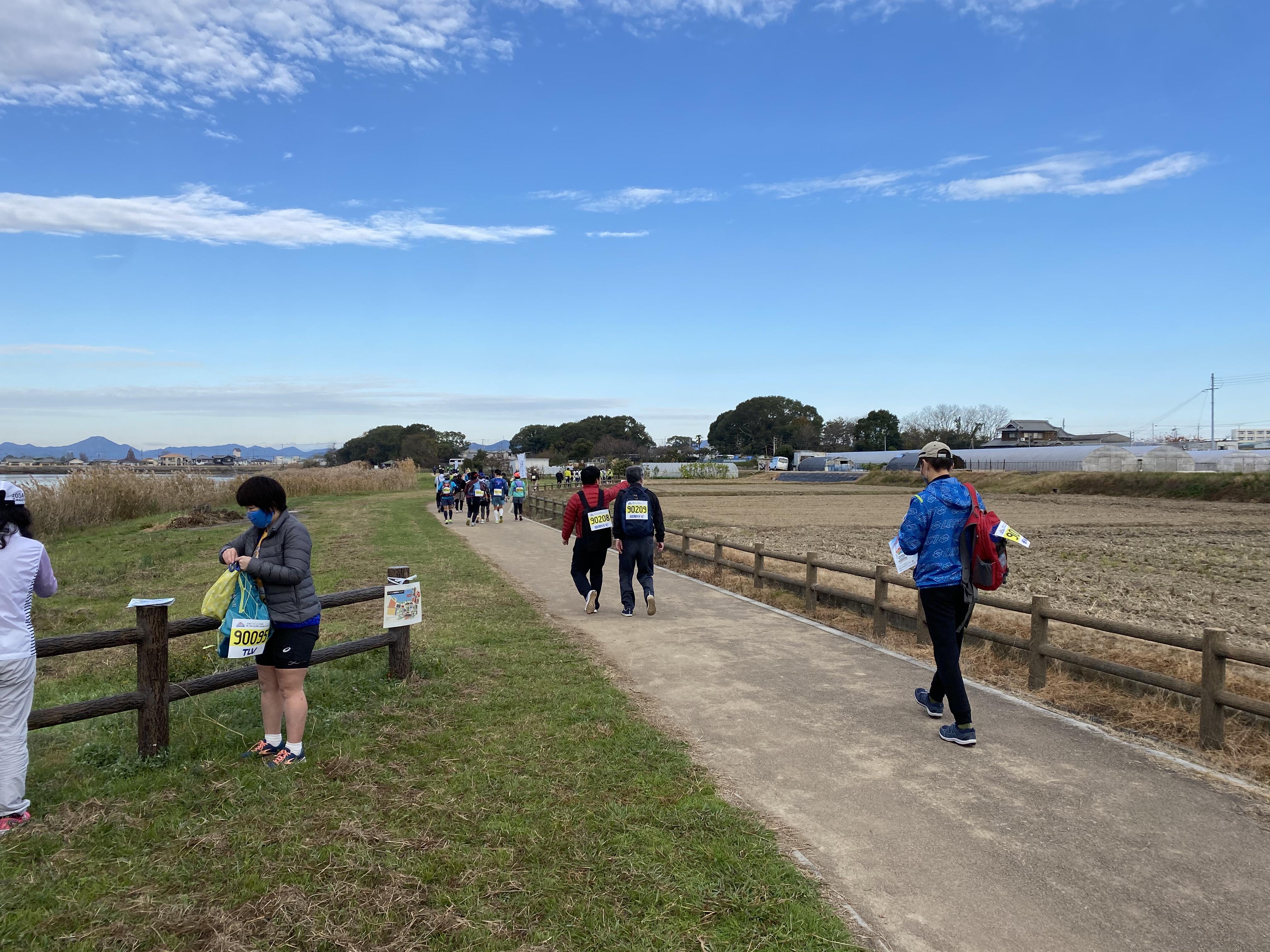 広いいなみ野大地をゆったり歩く。これも一興ですか。右側の青年は『実際は23kmだった』と❢❢道の内側を歩いたのかな。(* ´艸`)クスクス