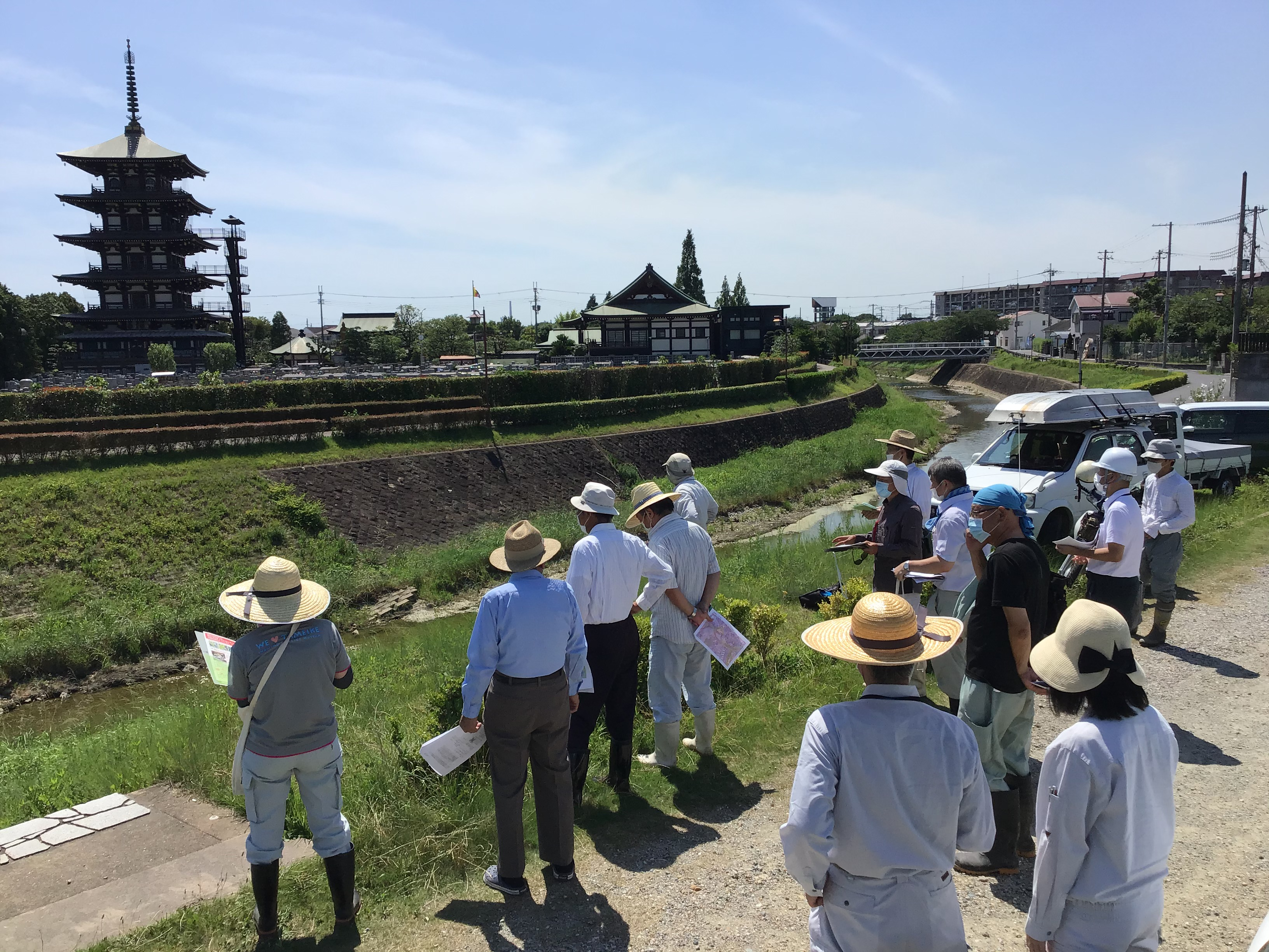 播磨町役場からは3名の職員の方が。(左端は、堀江リーダー。右手前から、灘さんと北山さん)対面は、土山霊園と五重塔